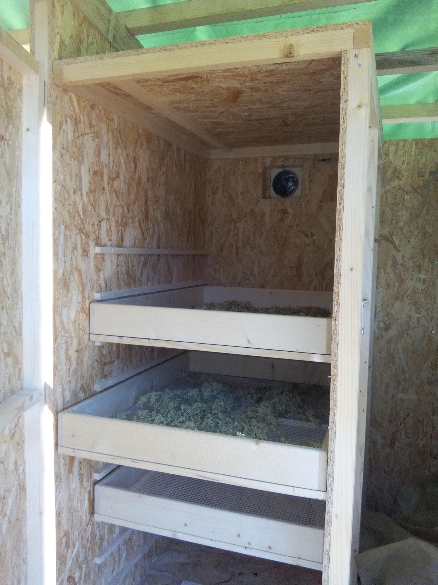 Séchoir solaire / vue intérieure d'une armoire