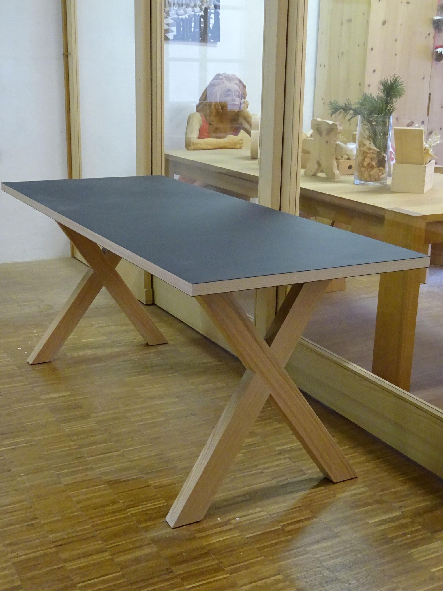 Tisch mit Linoleum-Tischplatte, ideal als Schreibtisch