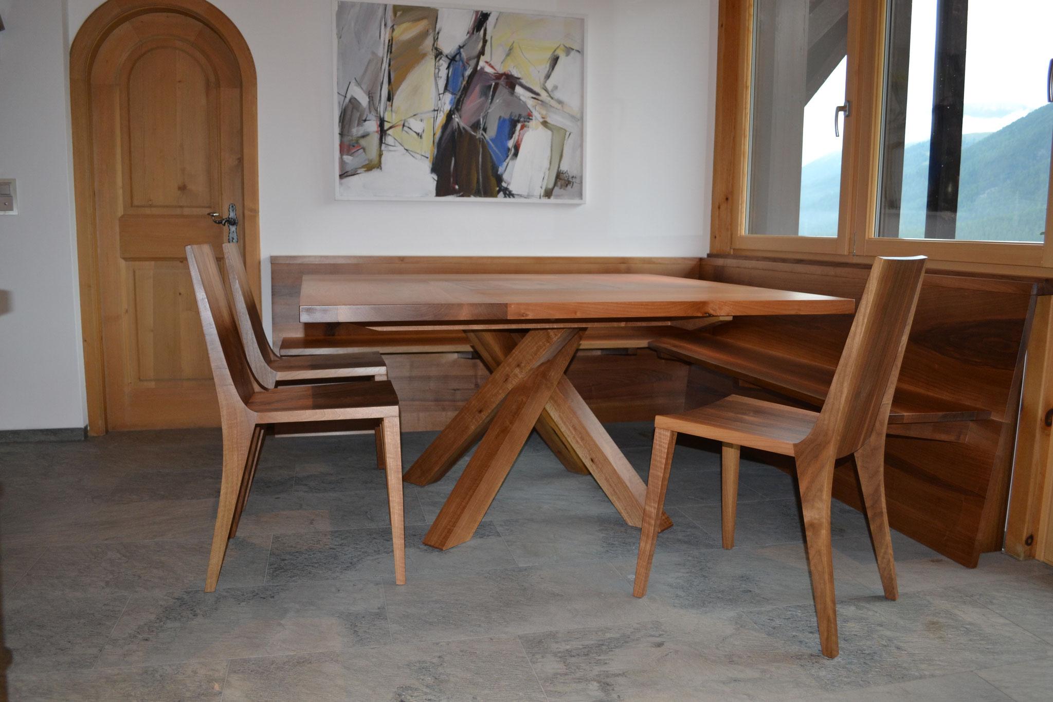 Tisch Twist quadratisch und Stühle Nussbaum, Esstisch