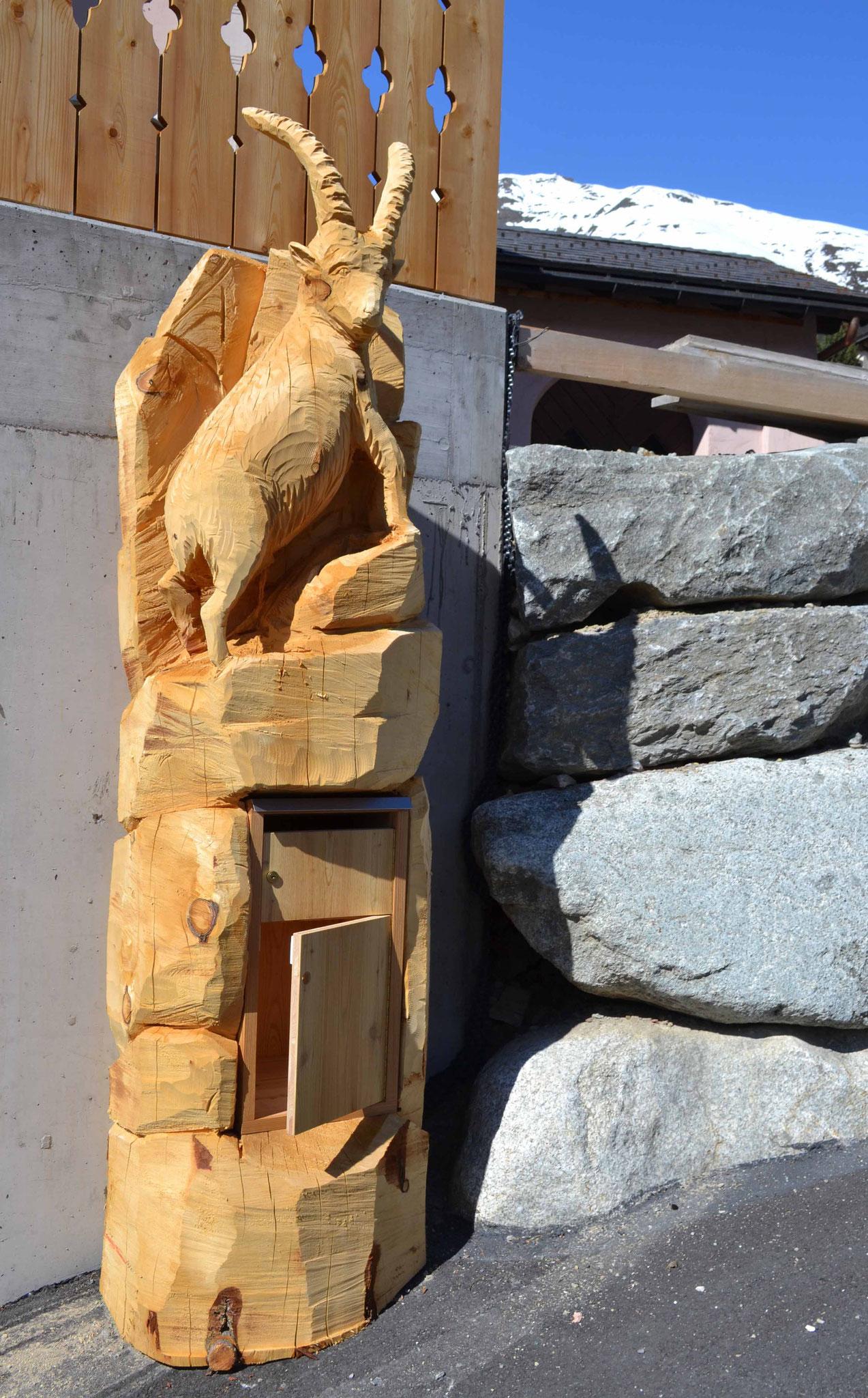 Steinbock Holzskulptur Arve mit Briefkasten