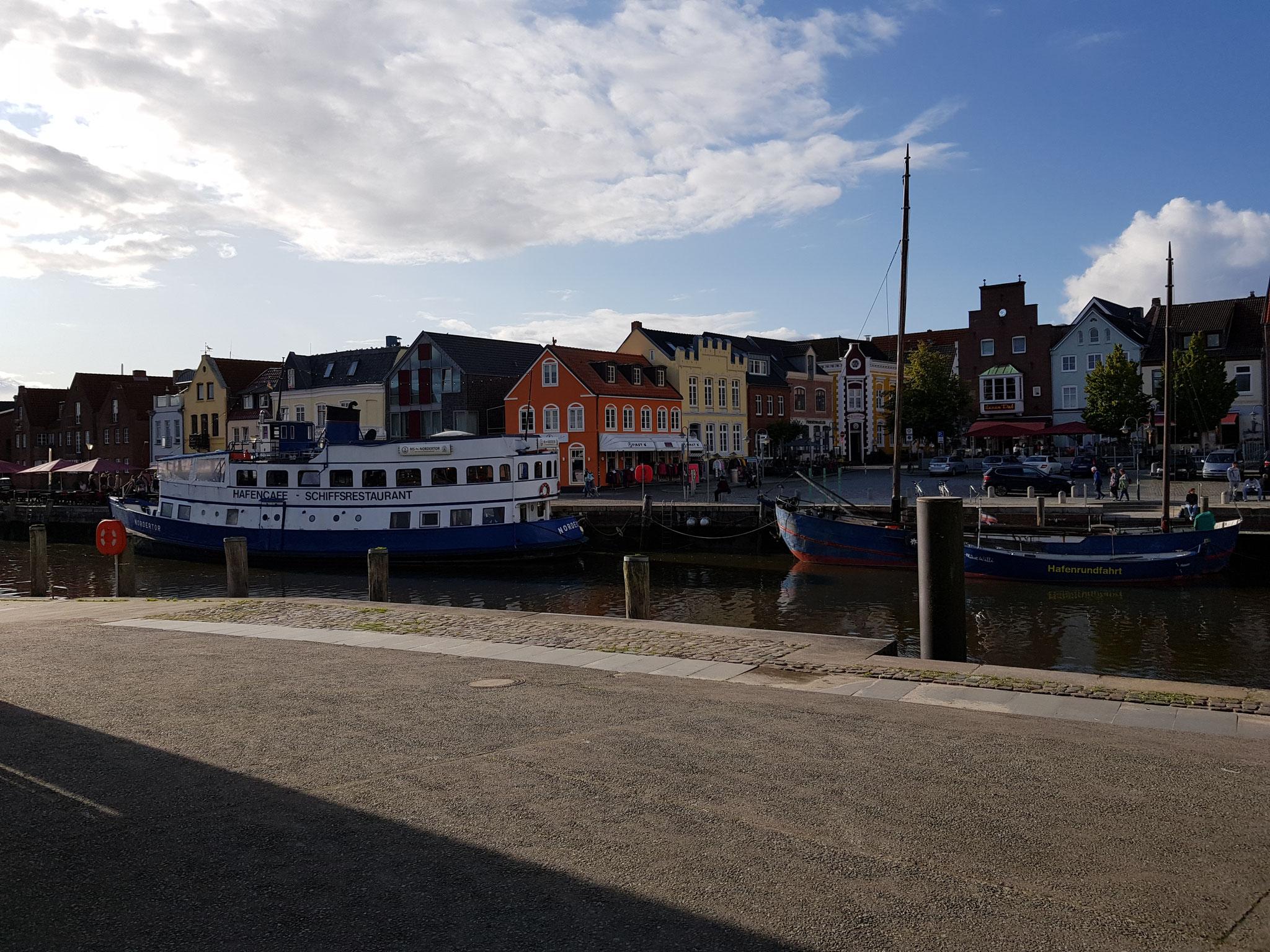 .. liegt im Hafen das älteste Restaurantschiff