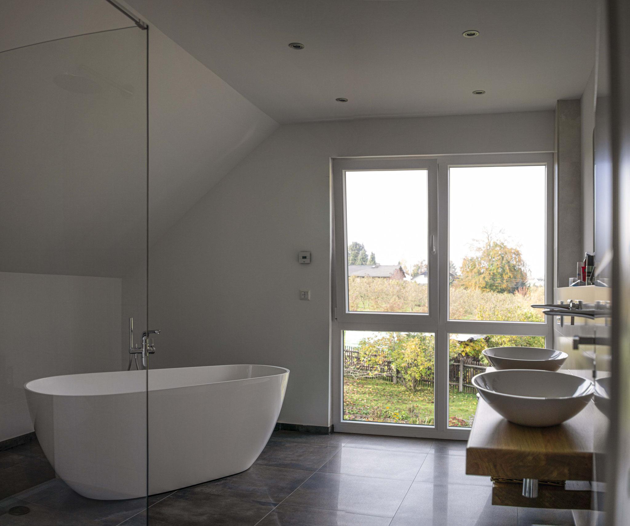 Ein großzügiges Bad lädt zum Entspannen ein. Foto: Dominik frank