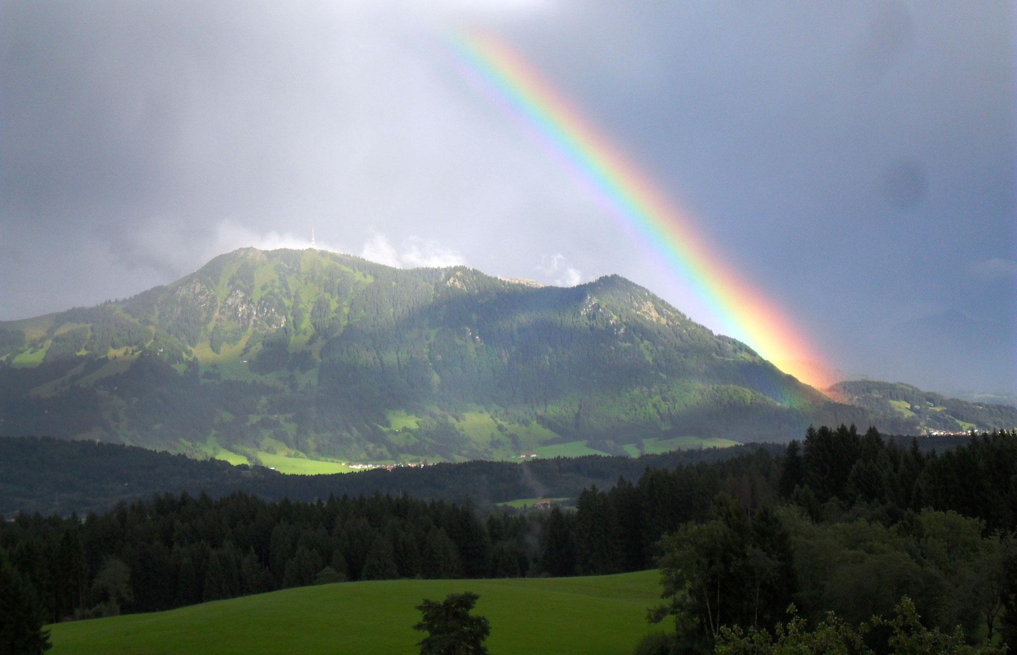 Blick auf den Wächter des Allgäus unterm Regenbogen