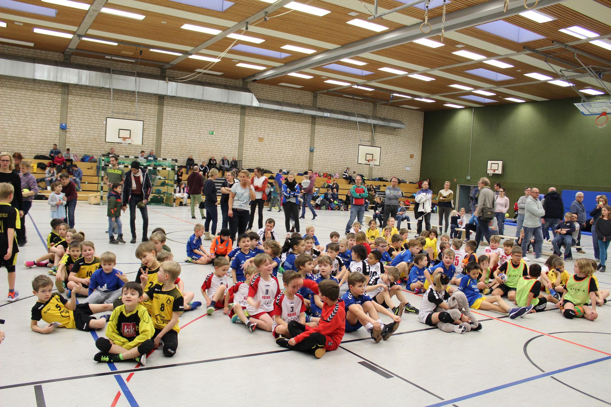 Viele handballbegeisterte Kinder in Renninhausen beim Turnier