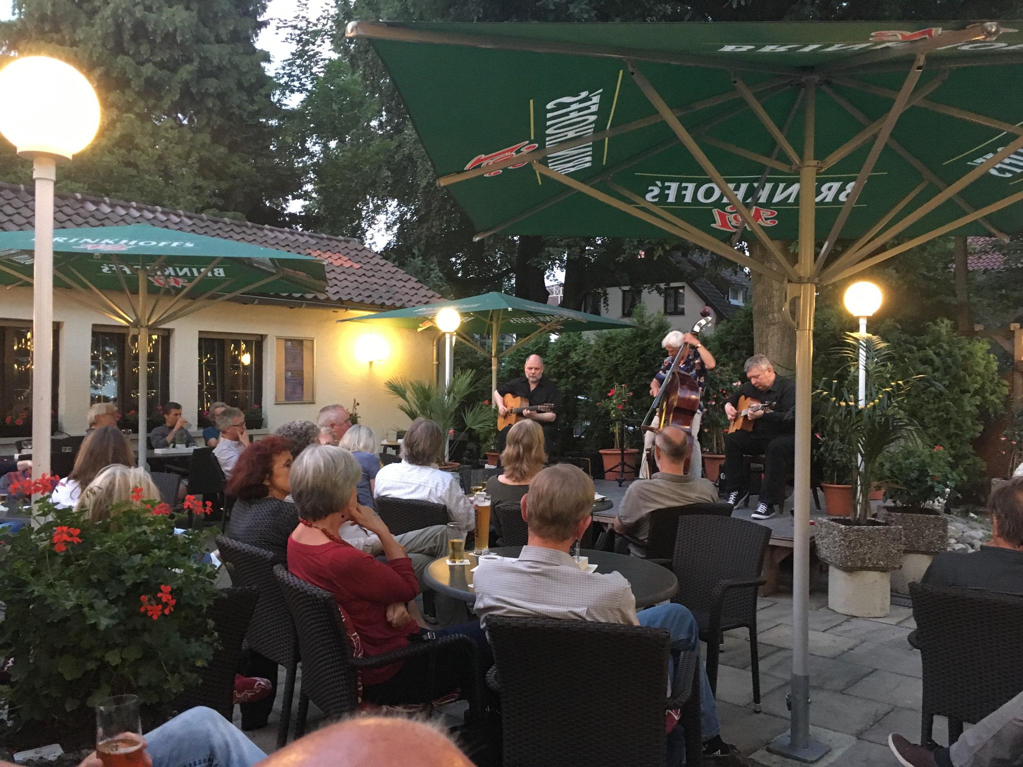 Livemusik-  Stringtett Trio im Biergarten Juni2016