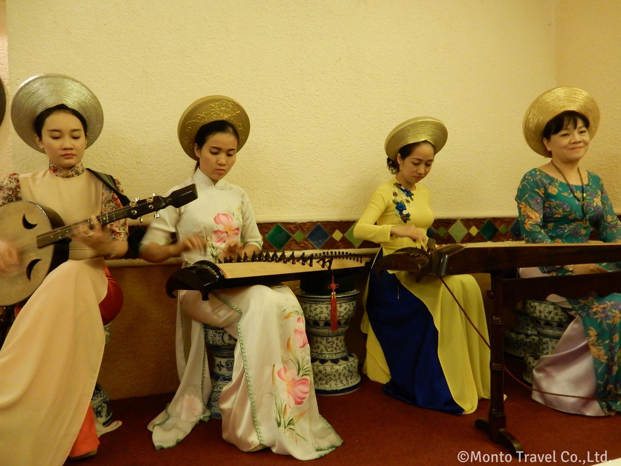 アオザイの女性たち