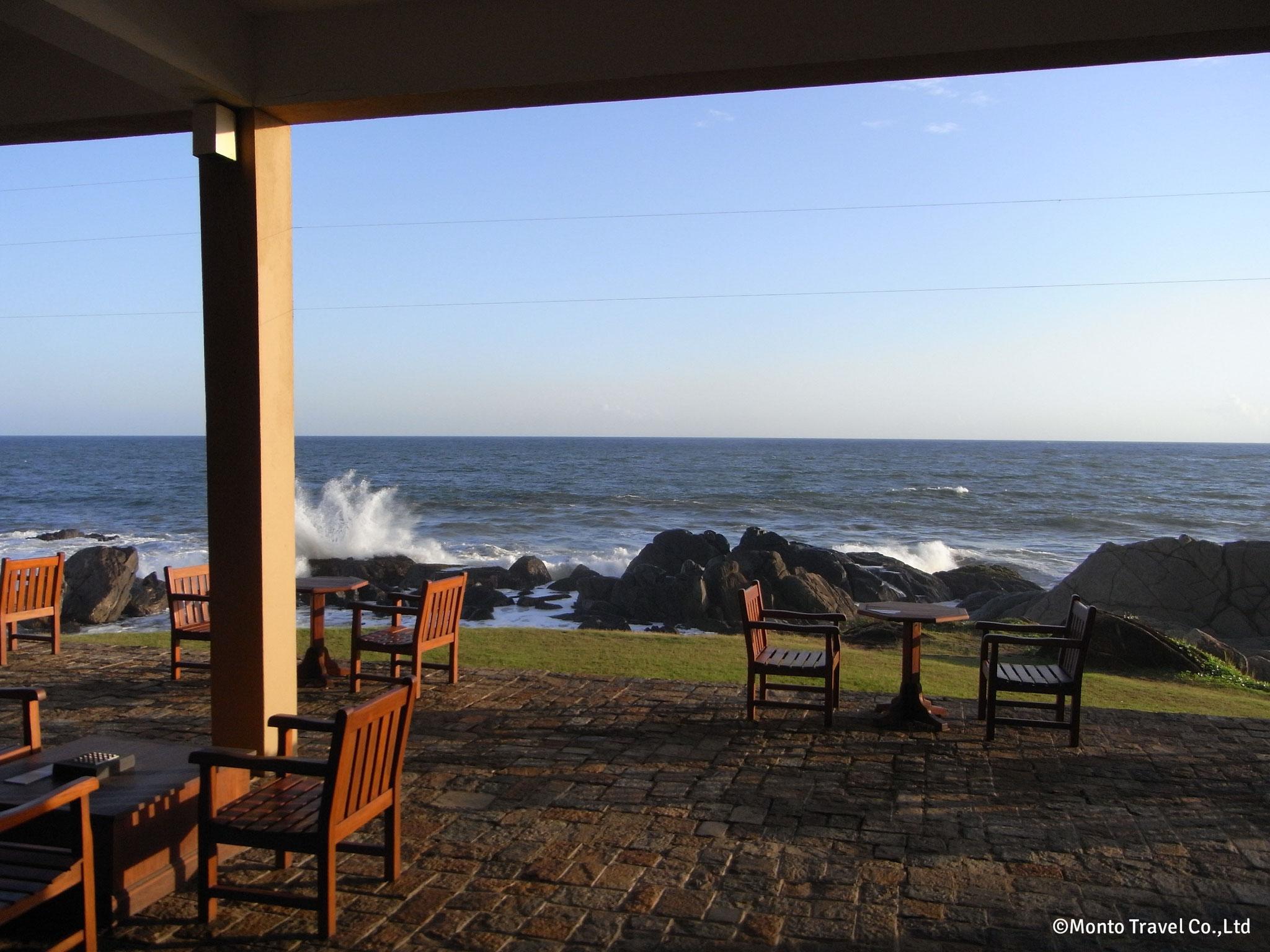 バワ建築のホテルからインド洋を望む
