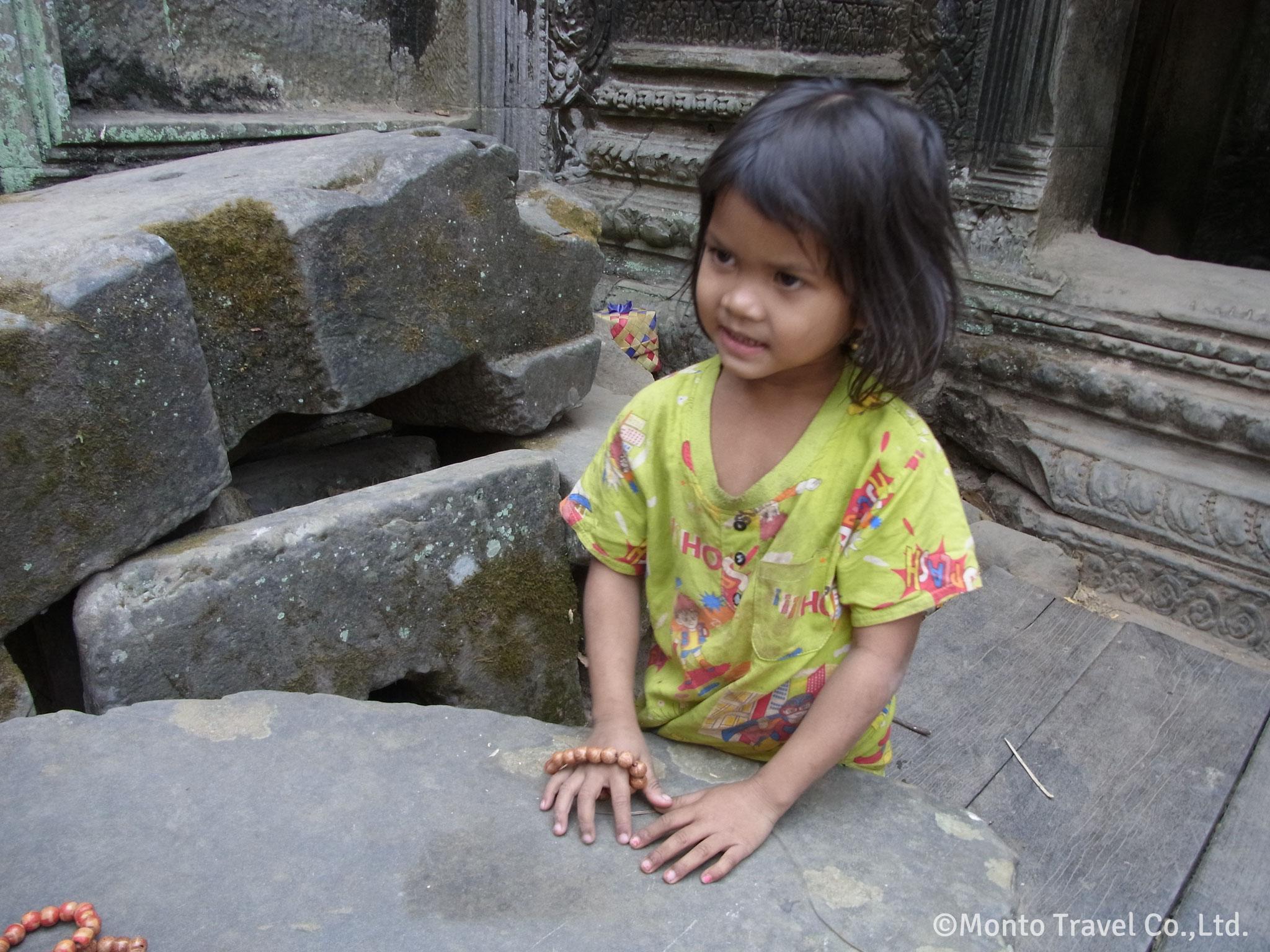 遺跡で遊ぶ女の子