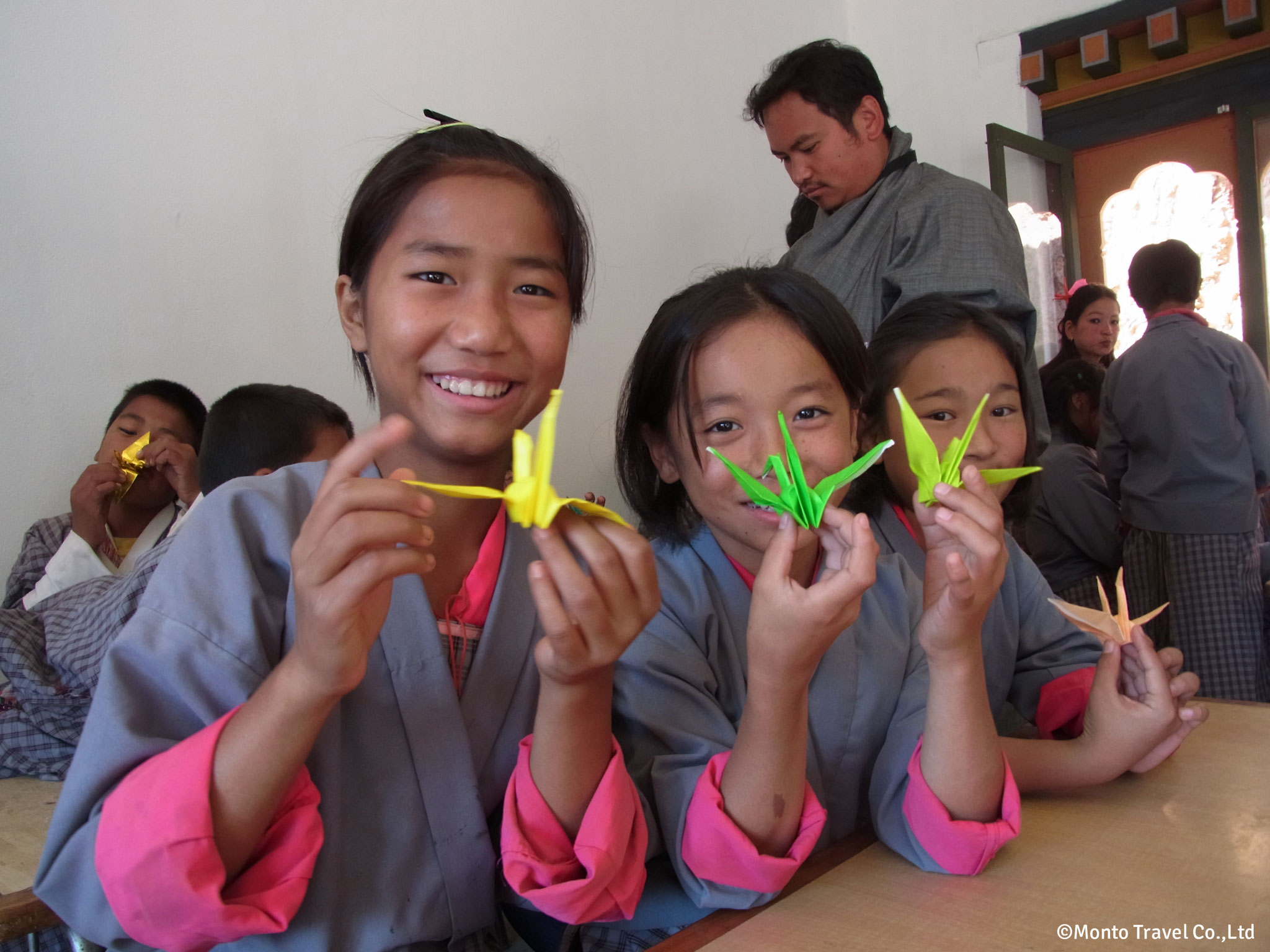 小学校訪問 折り紙を作る子どもたち
