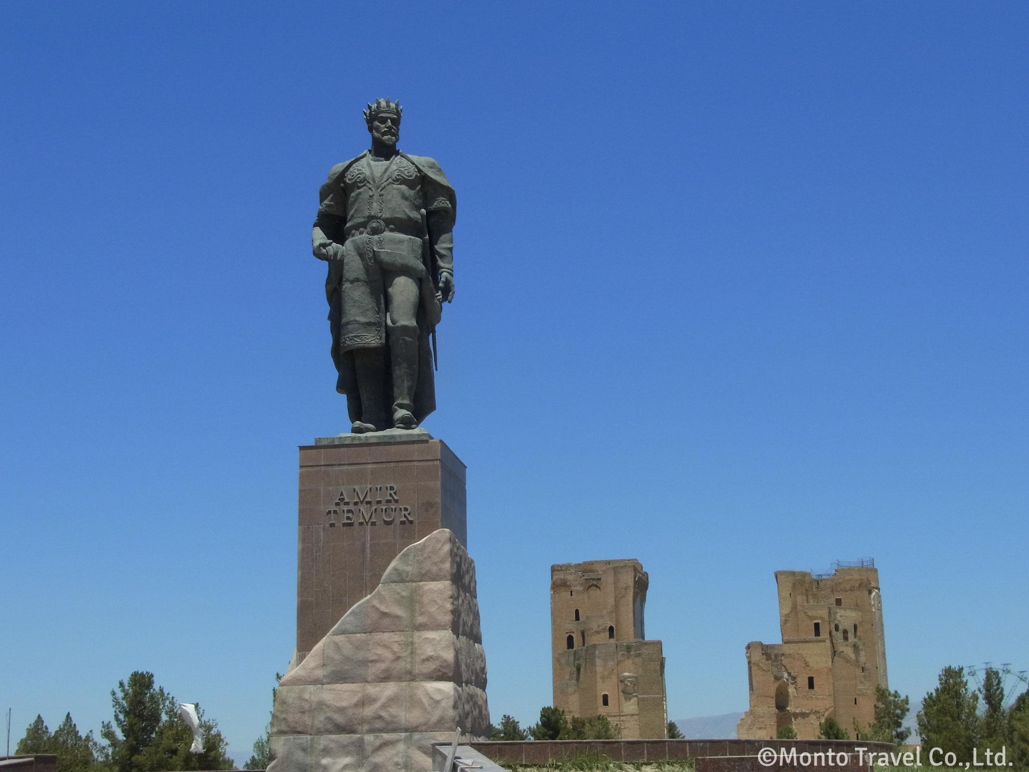 アクサライ宮殿跡とティムール像(シャフリサーブス)