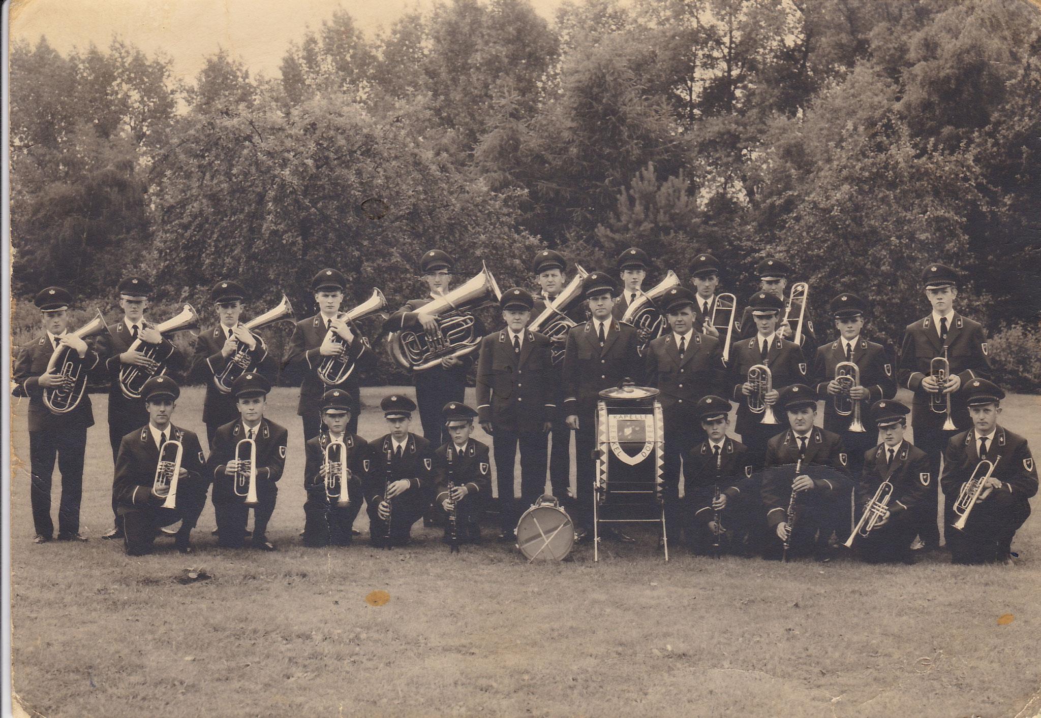 Die Musikkapelle Berkeldörfer im Grundungsjahr 1968 in ihrer ersten neuen Uniform