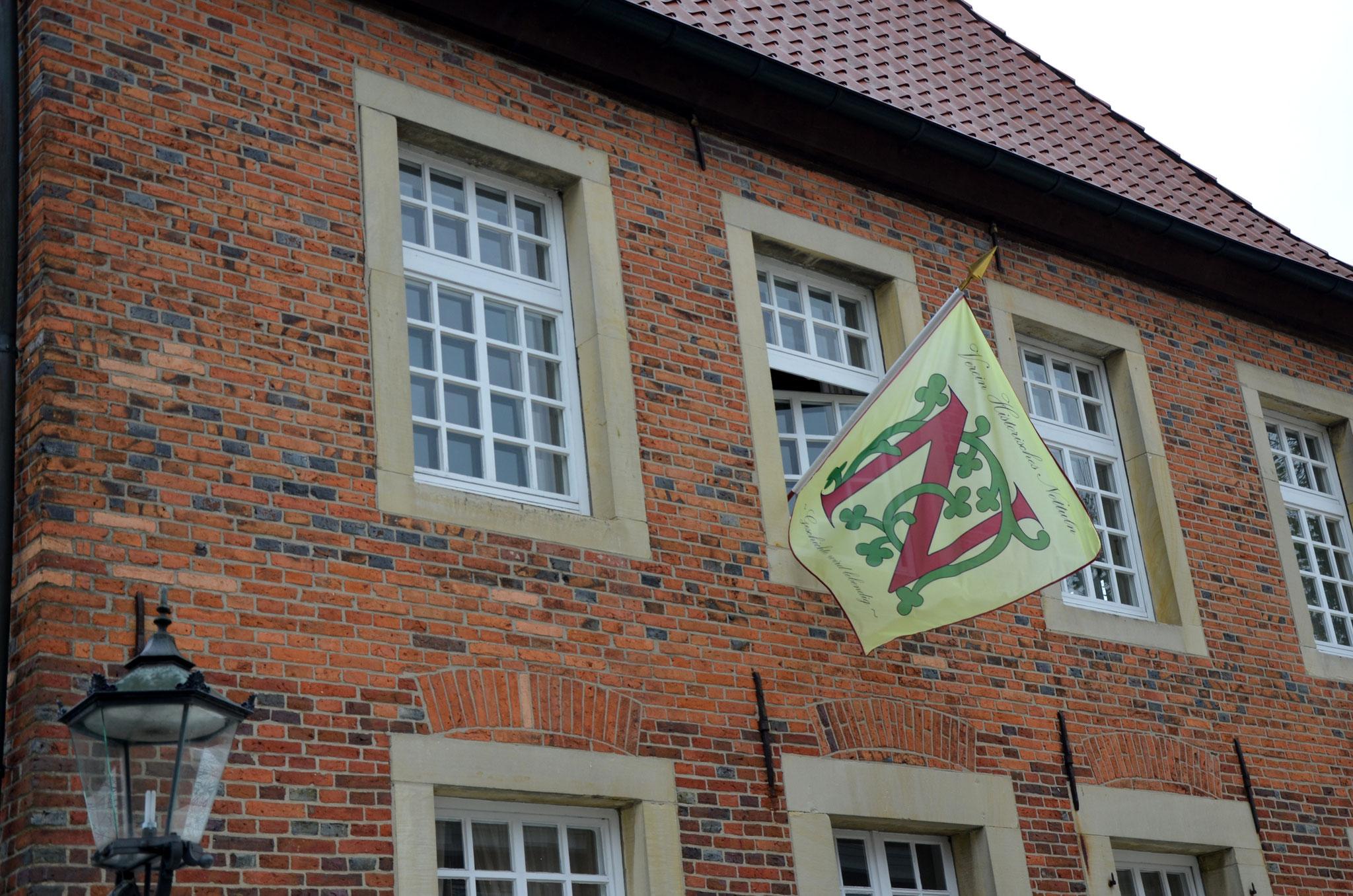 Die neue Vereinsfahne bei ihrem ersten Einsatz