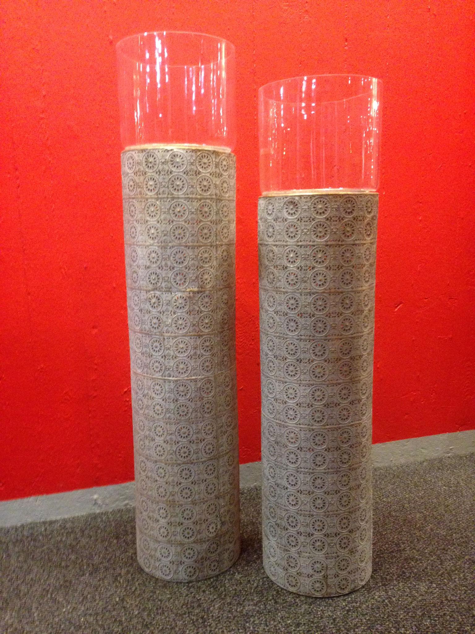 Vasen mit verziertem metall Sockel 094202