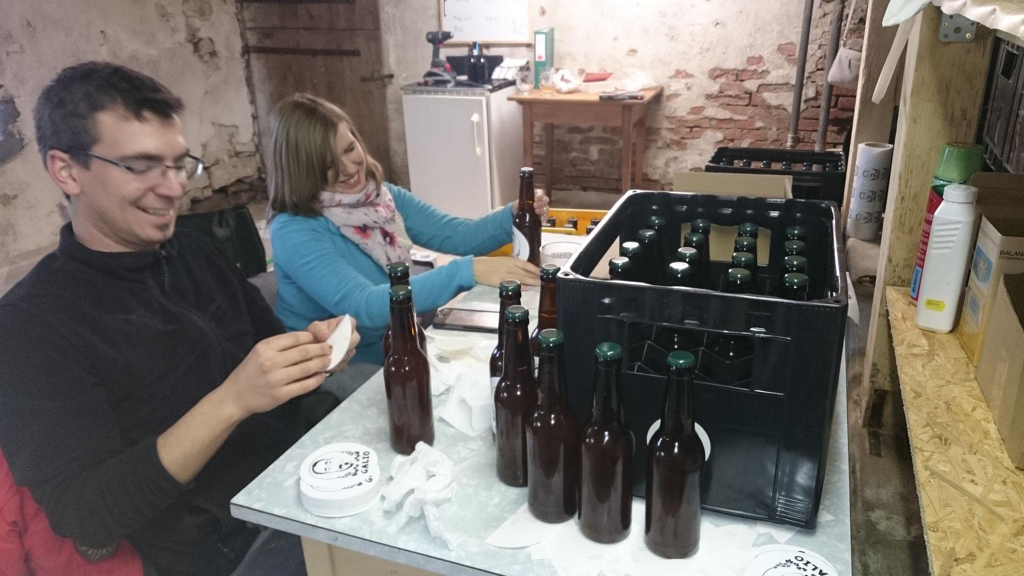 Tanya à l'oeuvre sur les étiquettes