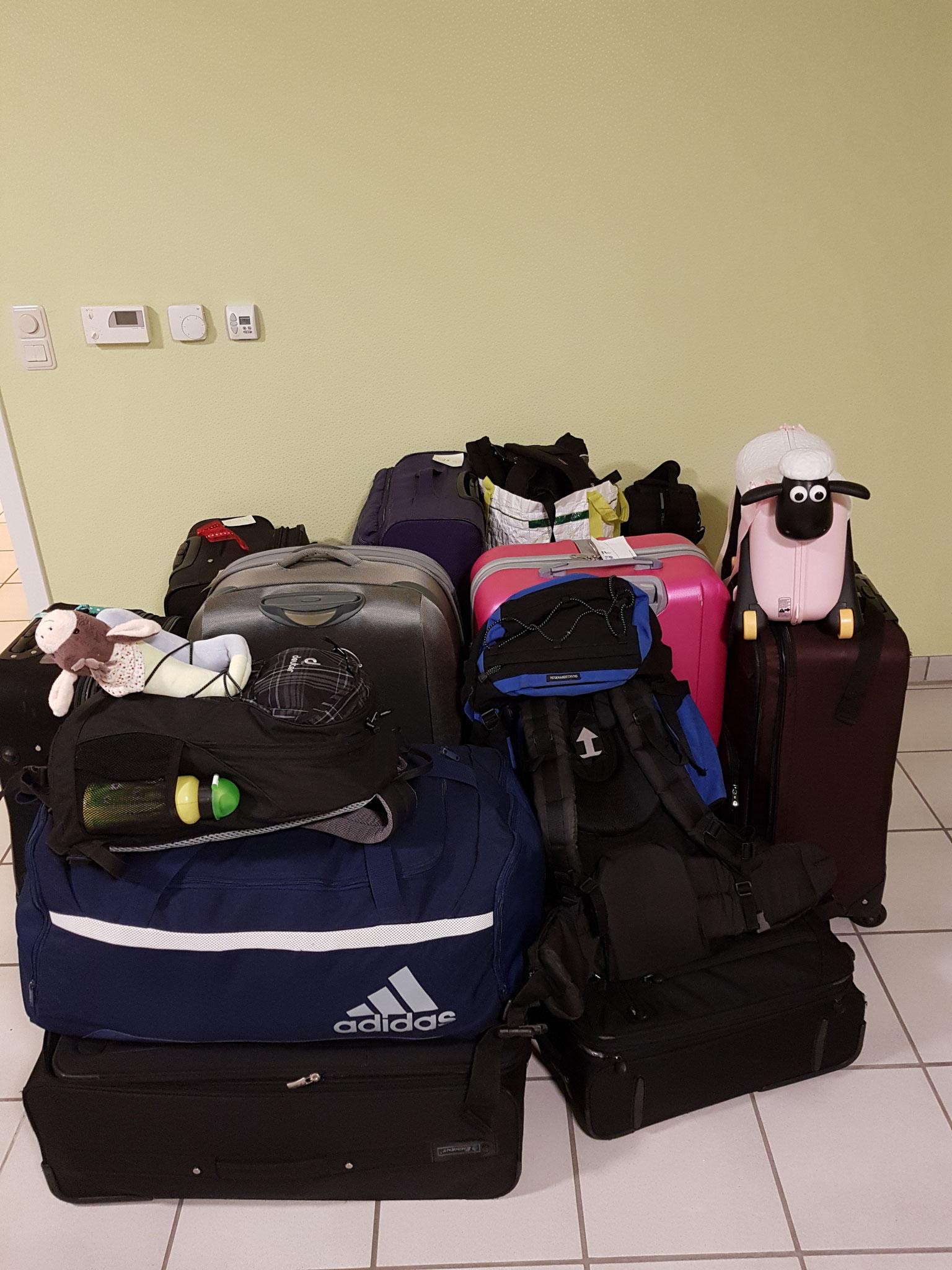 8 Koffer und 4 Handgepäckstücke (zusammen ca. 200kg) gehen morgen früh auf die Reise nach Peru