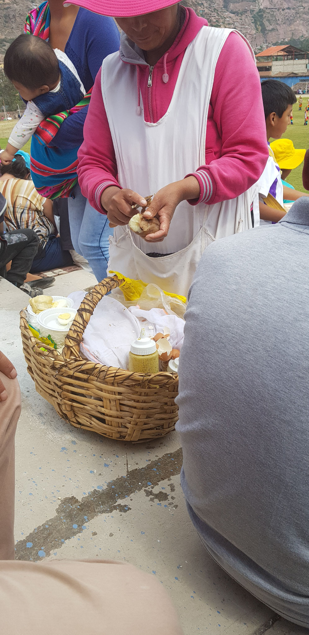 Typischer Snack für zwischendurch: Pellkartoffeln mit Ei und Soße.