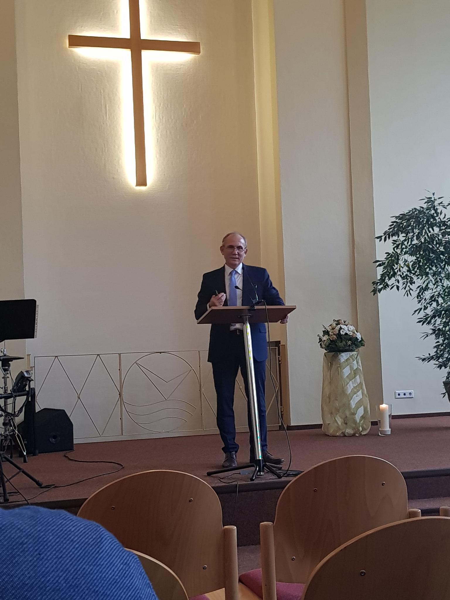 Pastor Alexander Zeeb predigt.