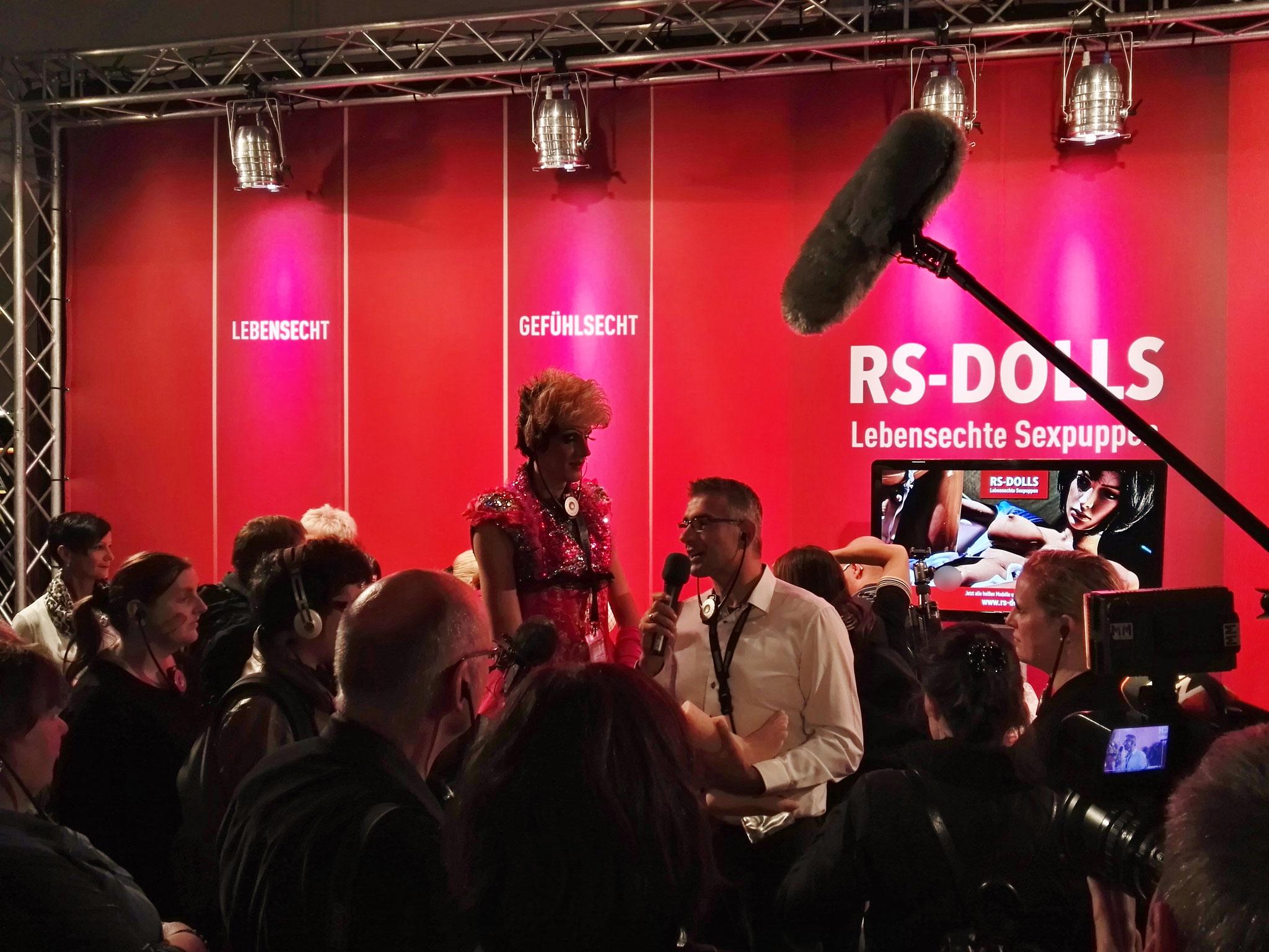 RS-DoIIs Gründer Manfred Scholand bei der Show-Eröffnung auf der VENUS Berlin