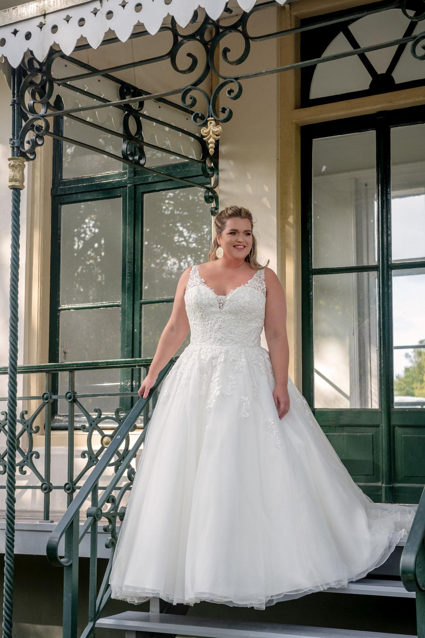 V Ausschnitt Träger Spitze Verlauf A linie Prinzessin Bridal Star Tüll Brautkleid München klassisch ivory