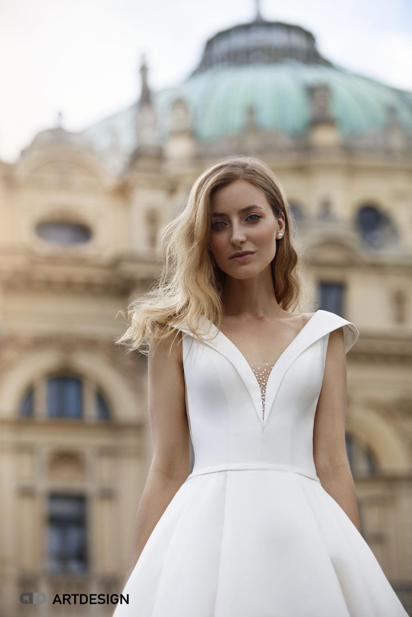 Brautkleider München myLovely Jarice elegant tiefer Ausschnitt Perlen Designer Brautkleid