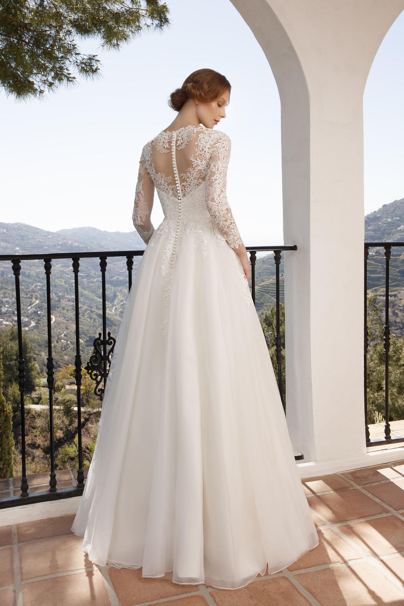 Brautkleider München Jarice myLovely lange Arme Spitze elegant Winterhochzeit Prinzessin ivory Reifrock Knopfleiste