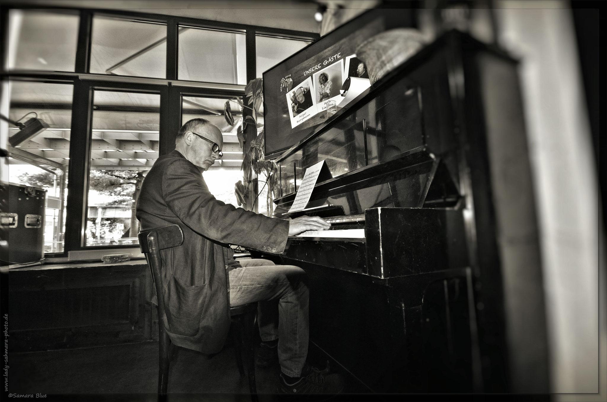 Der Mann am Klavier - Lady-Sahmara-Photo - Frank Hoelz - Das Consortium, Bochum