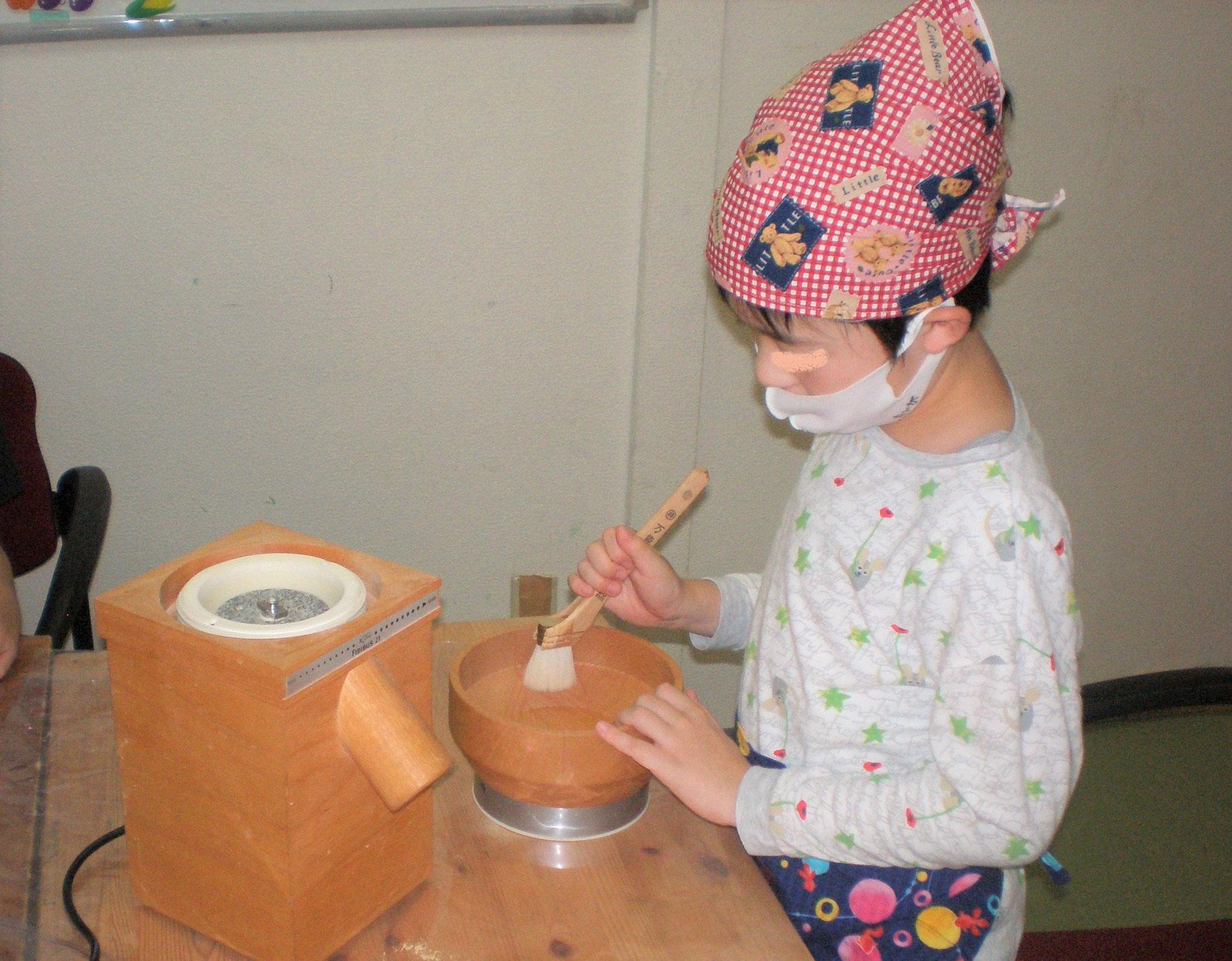 自動の石臼です。大豆をきな粉にしました。終わったら、道具のお手入れもしましょう。