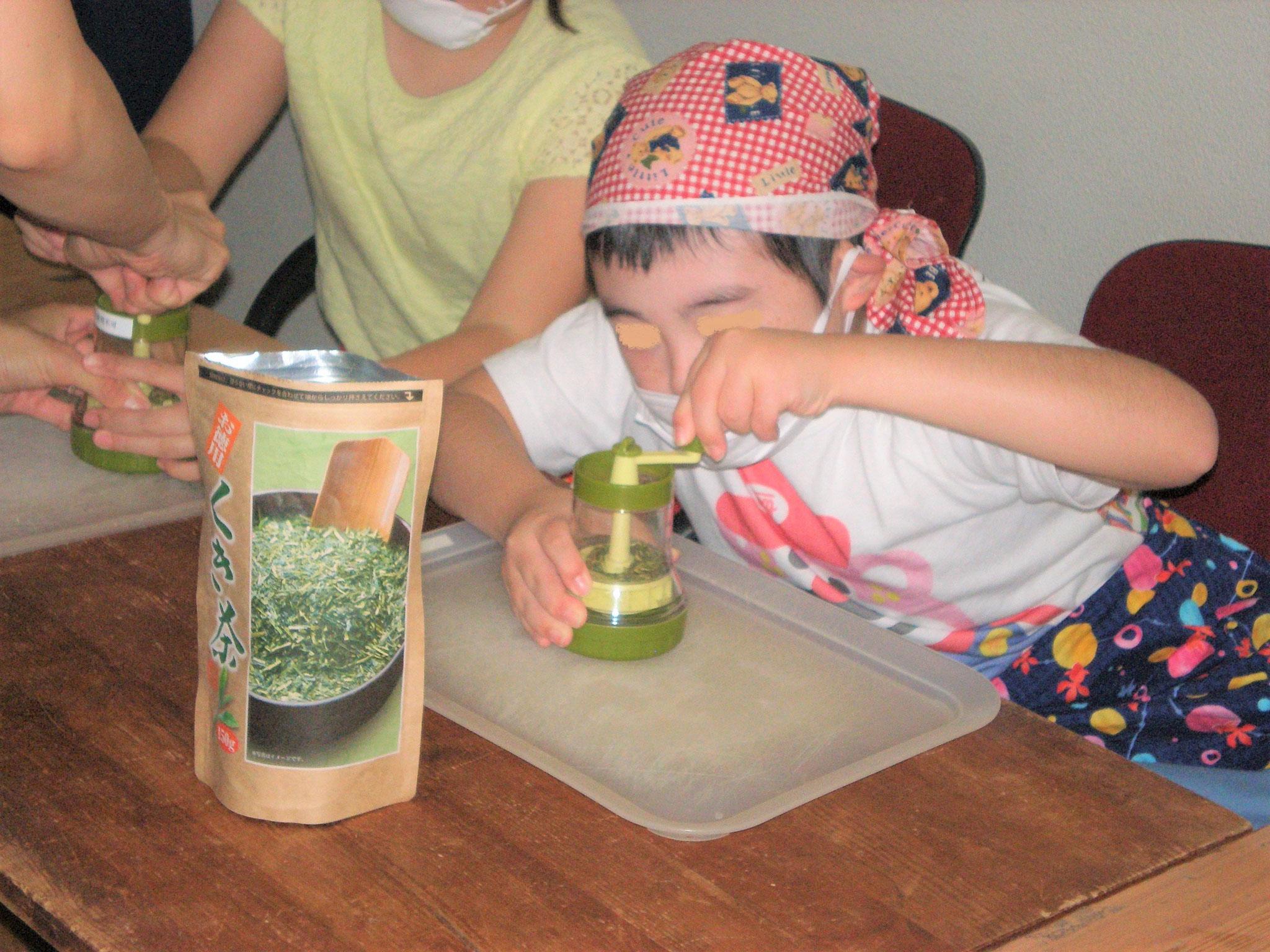 お茶挽き中、手や腕のトレーニングになります。