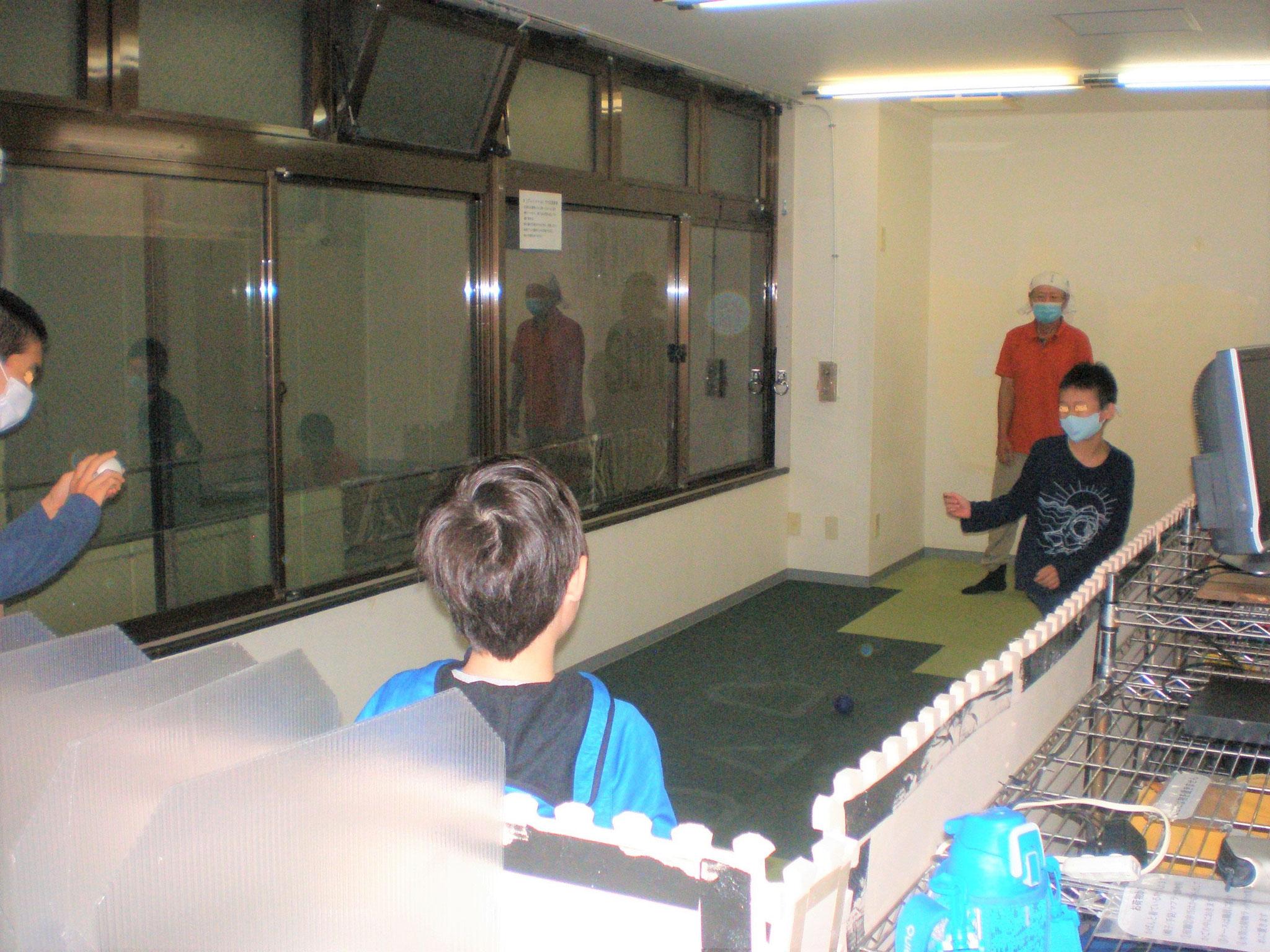 おやつの後のフリータイム、元気な男の子たちはボール遊びが大好きです。