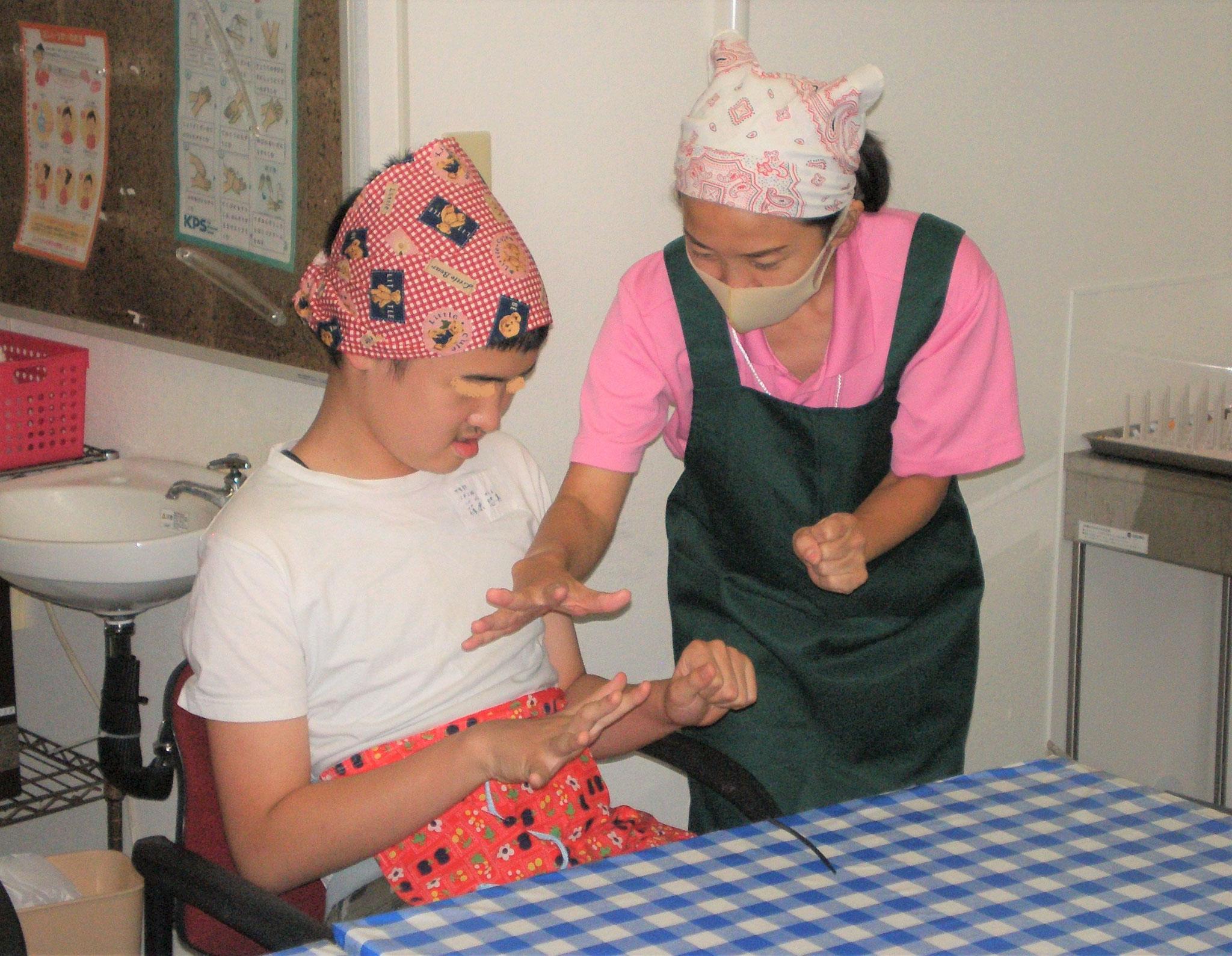 手洗いを済ませ、エプロン、三角巾をしたら、まずは指体操しようね