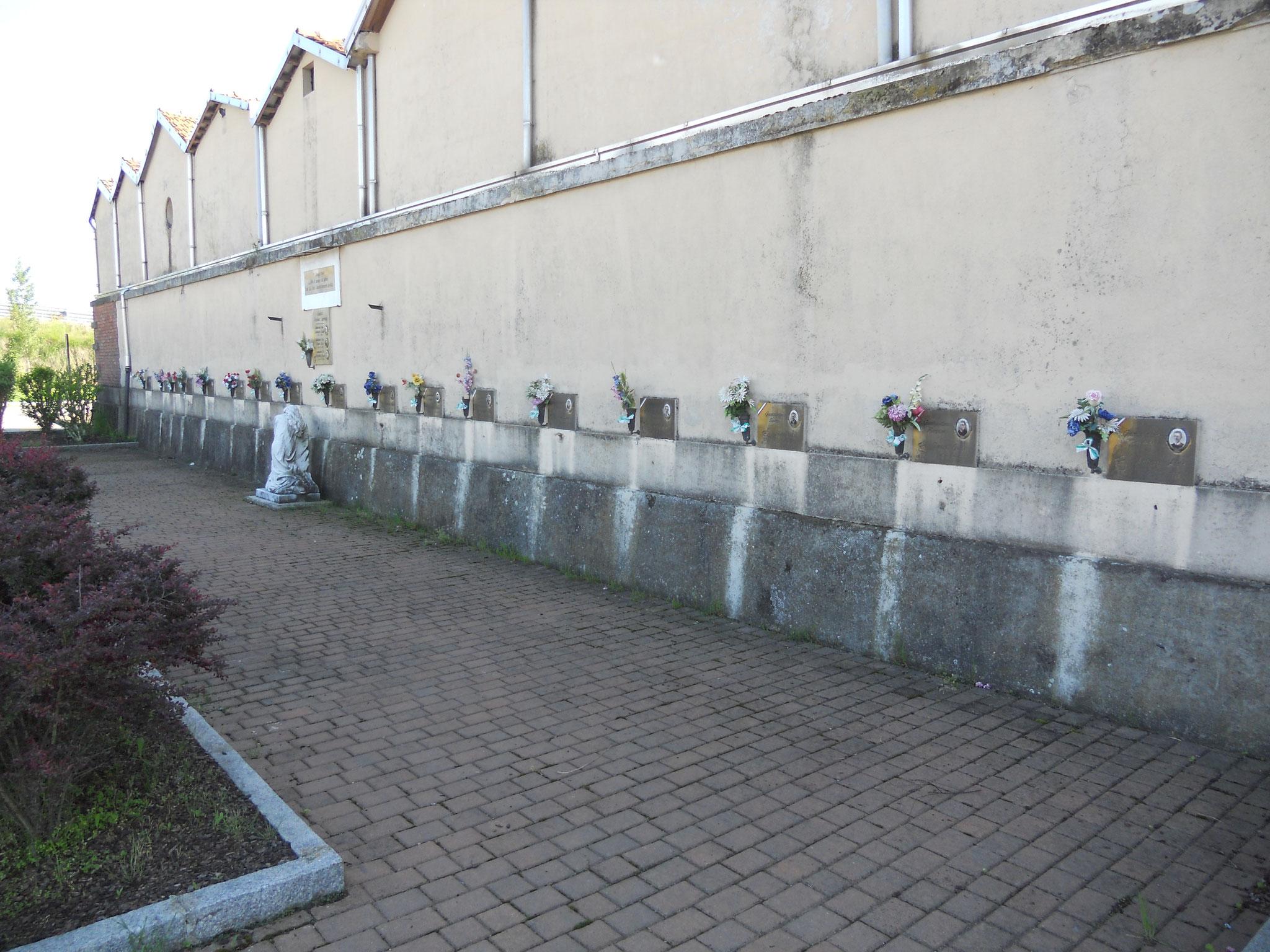 Il muro esterno del cimitero di Mottalciata, dove avvenne la fucilazione dei diciassette partigiani