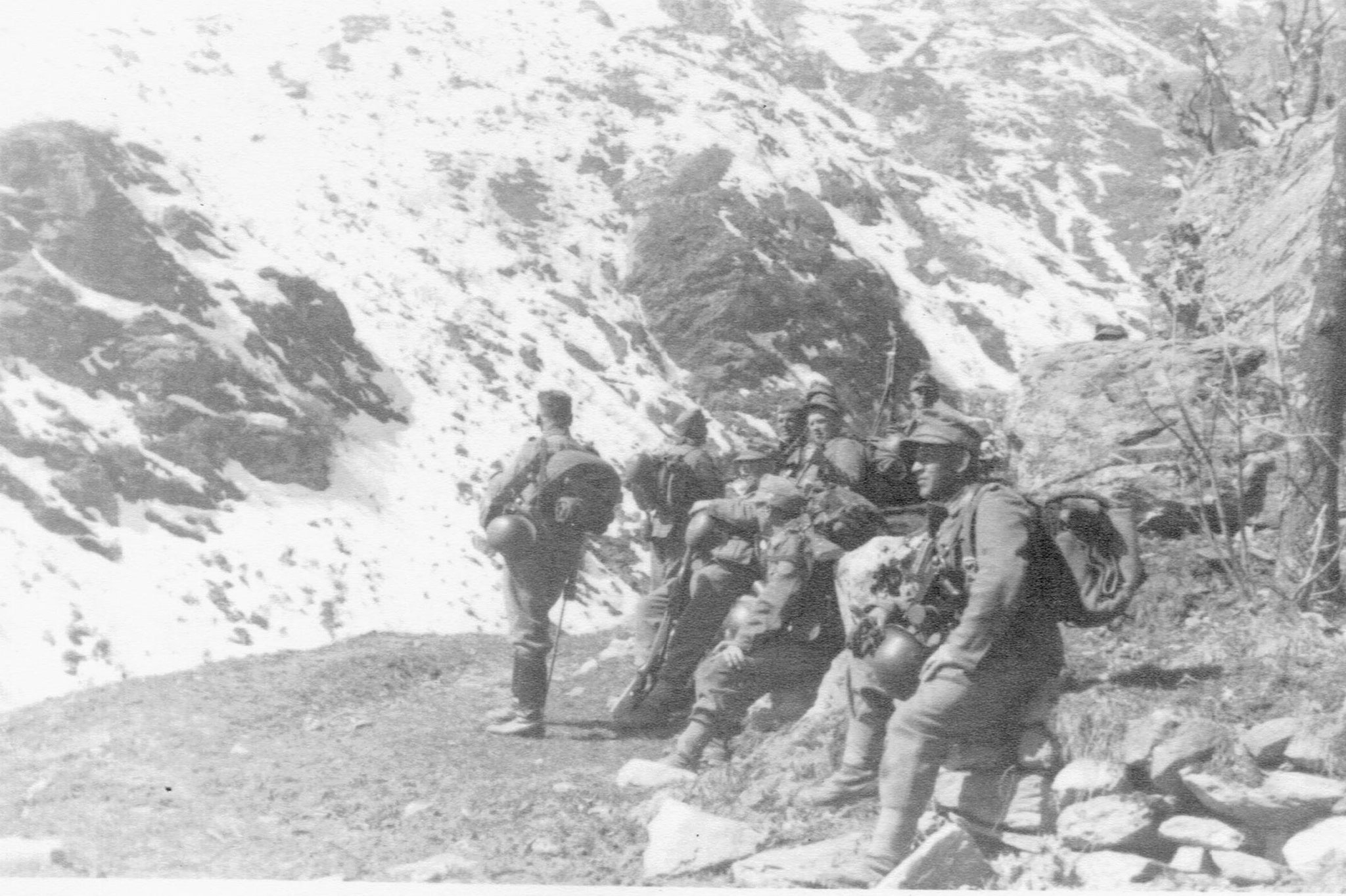 Reparti del SS-Polizei Regiment 15 in azione di rastrellamento (Susanne Pauli, NS-Familien Geschichte, Göttingen via Raphael Rues, www.insubricahistorica.it)