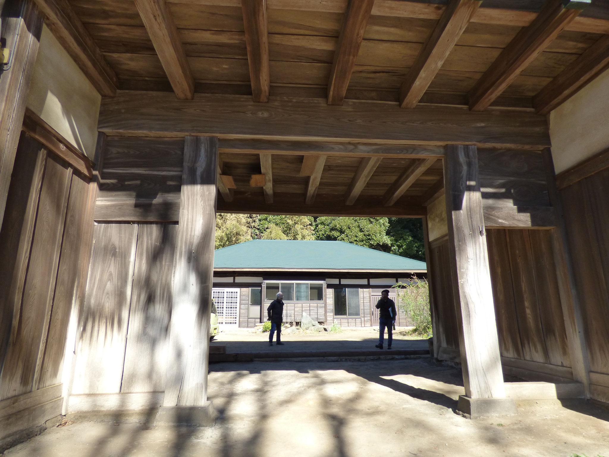 富津市本郷 古民家再生 長屋門から母屋を見る