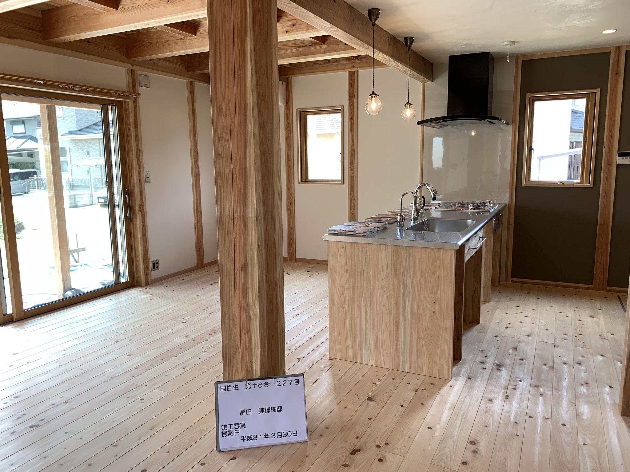 大黒柱と杉板のキッチン