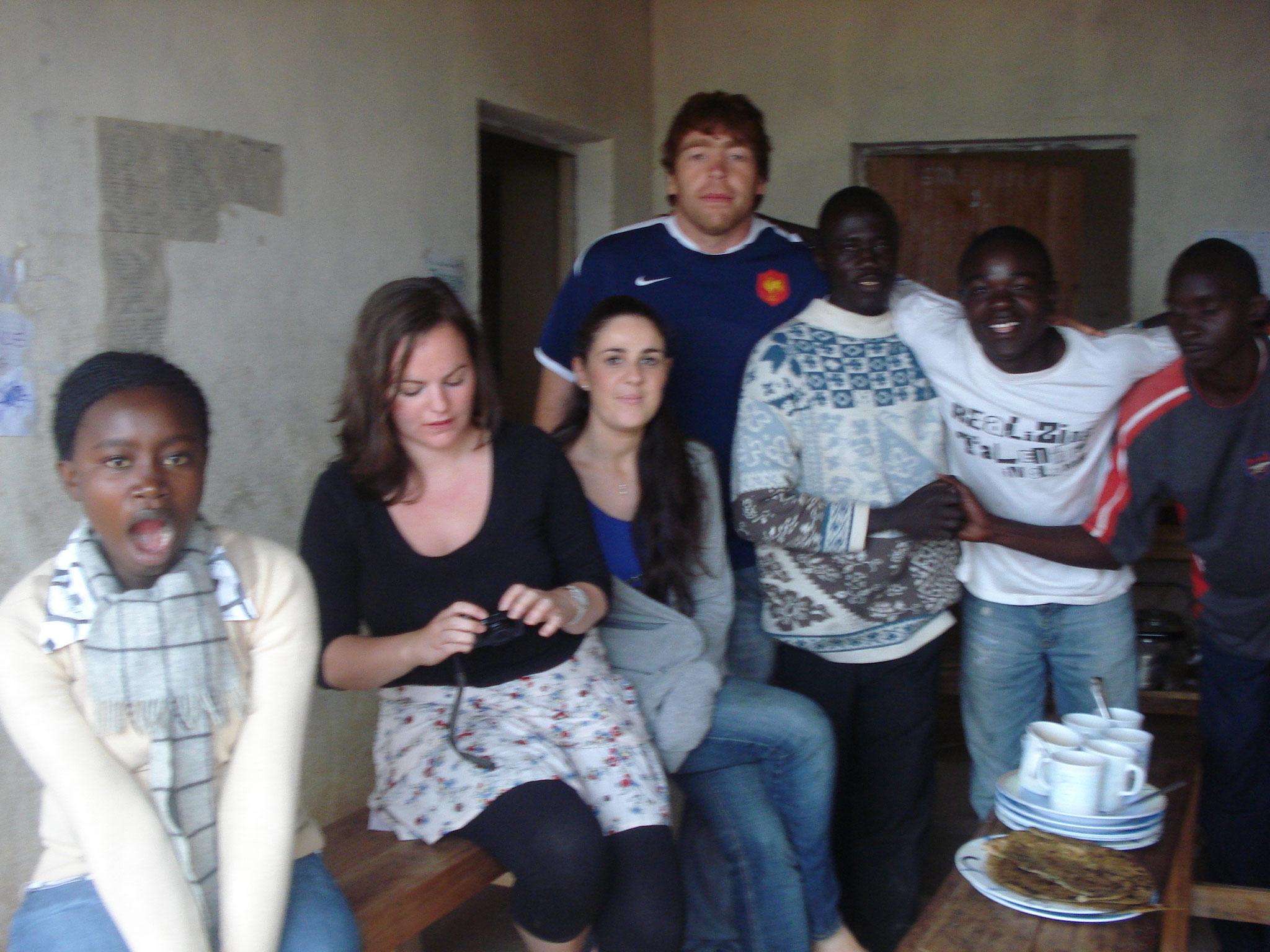 Knüpfe Freundschaften mit andern Freiwilligen und den Einheimischen