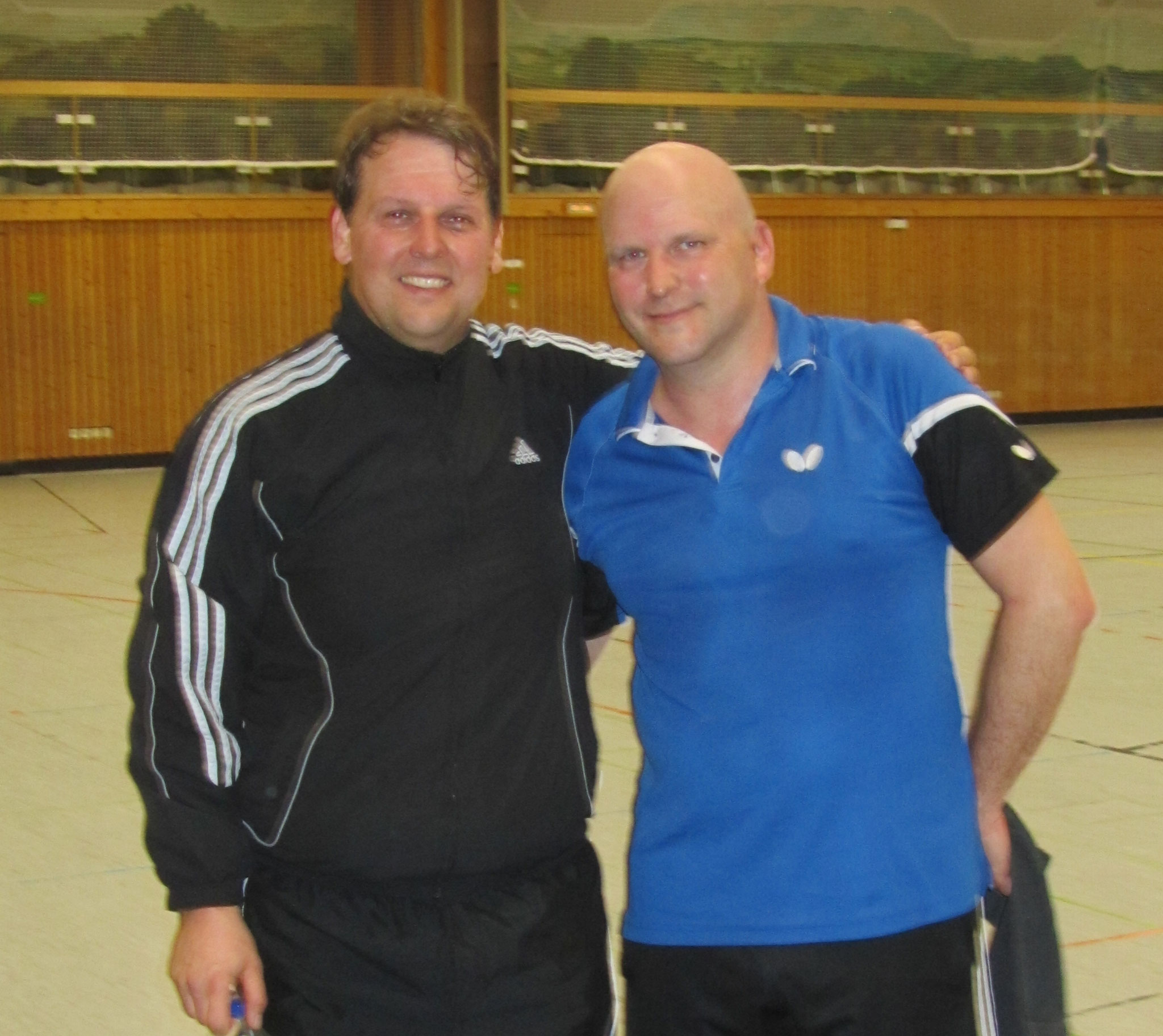 Die beiden punktgleichen Erstplatzierten der Herren C mit Klaus Balda und Patrick Schrepf vom TTF Atting abgekämpft nach einem Fünf-Satz-Spiel, das auch noch in die Verlängerung ging