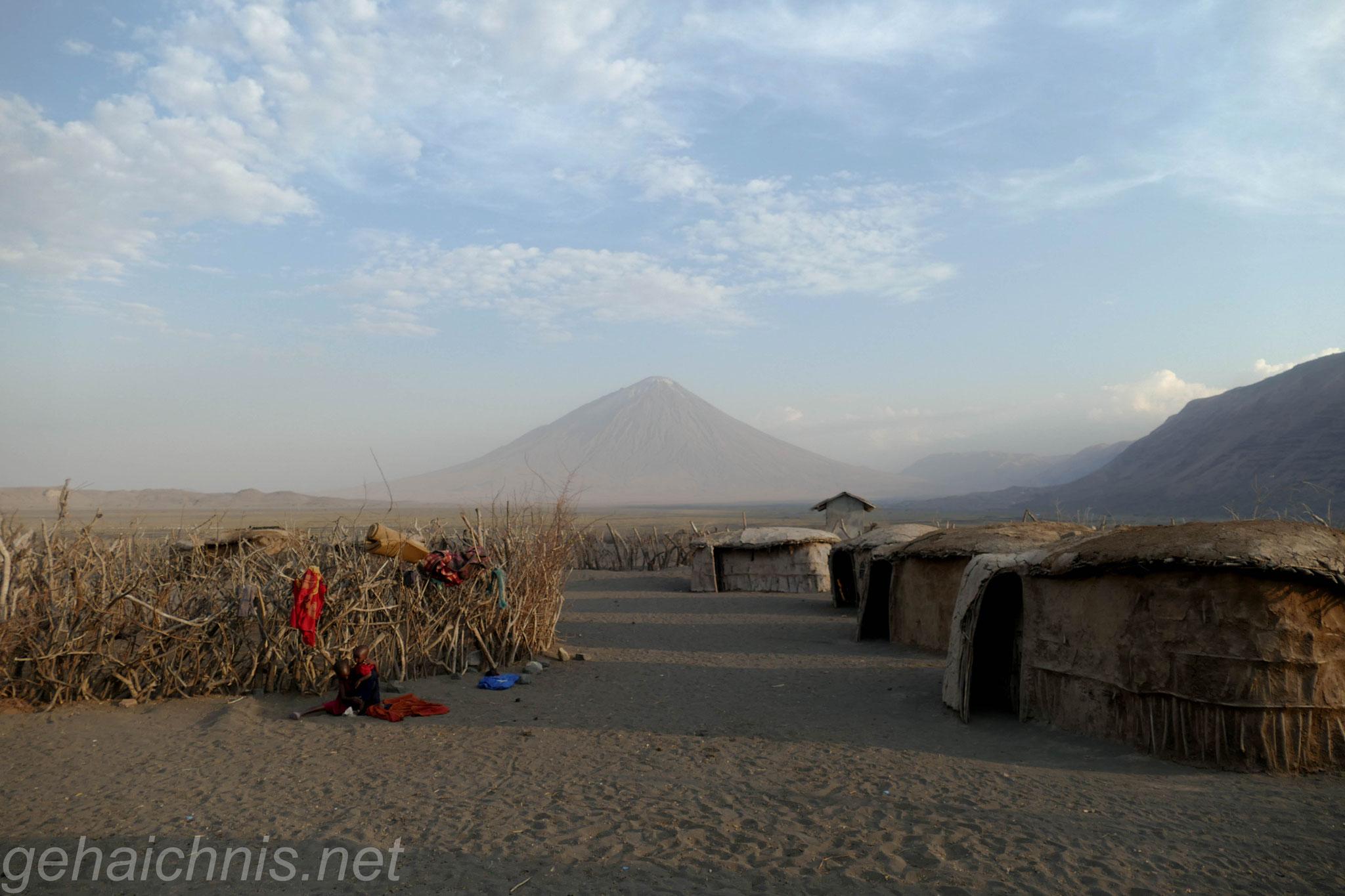 In der Boma der Massai mit dem Ol Doinyo Lengai am Horizont