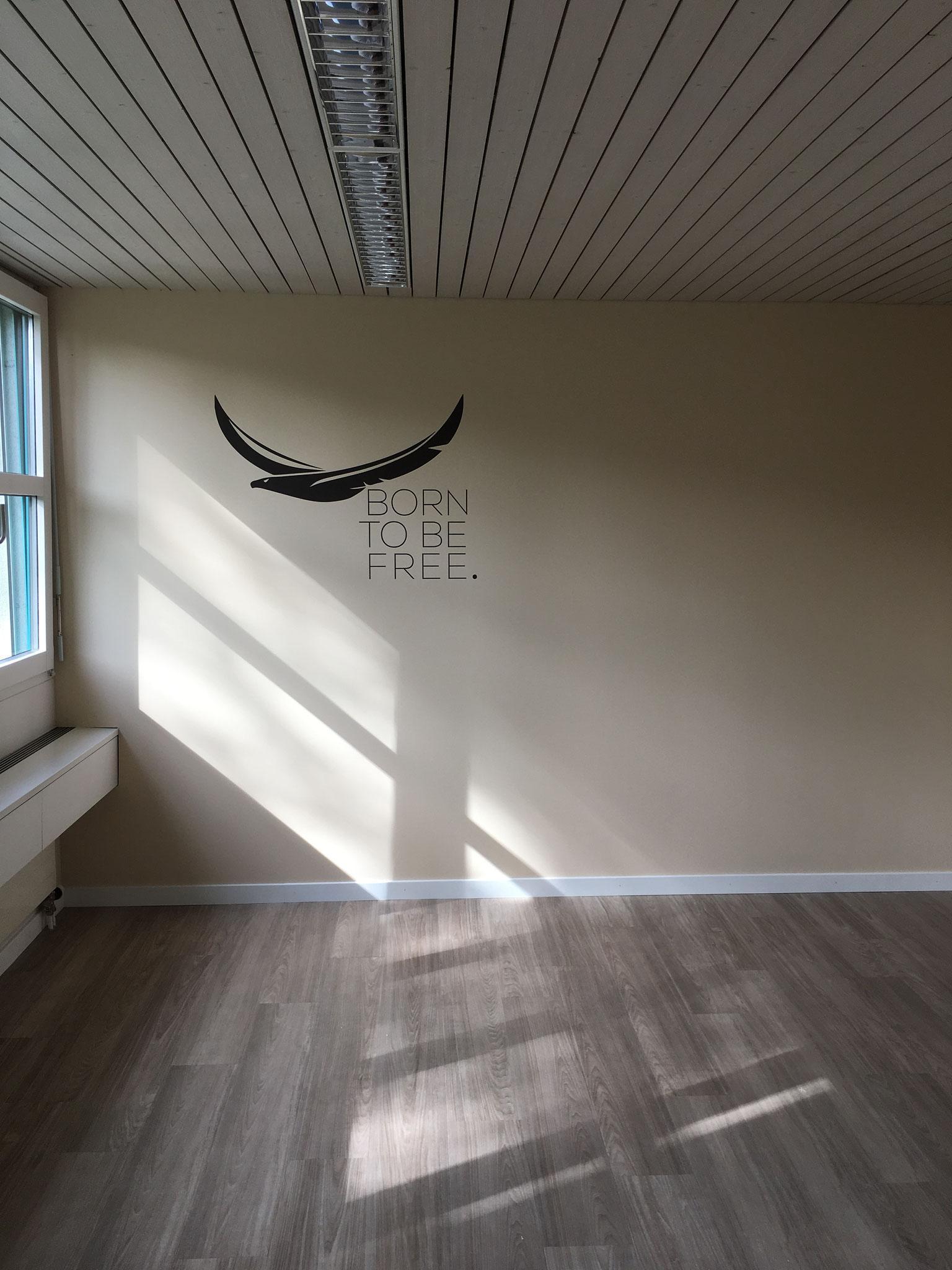Der Farbton der Wand wurde nachgemischt und das Signet aufschabloniert.