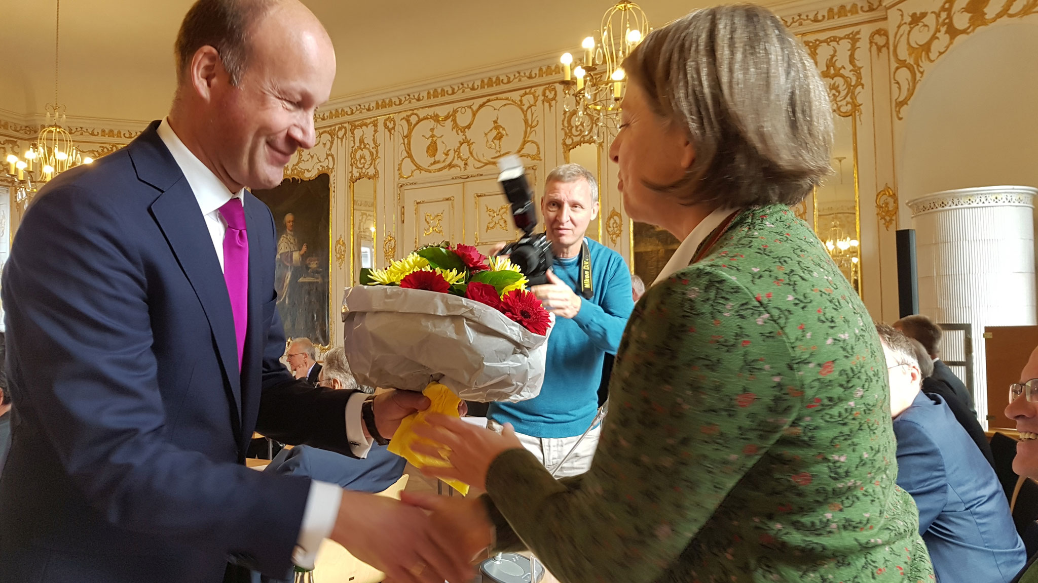 Martin Sailer gratuliert Barbara Holzmann