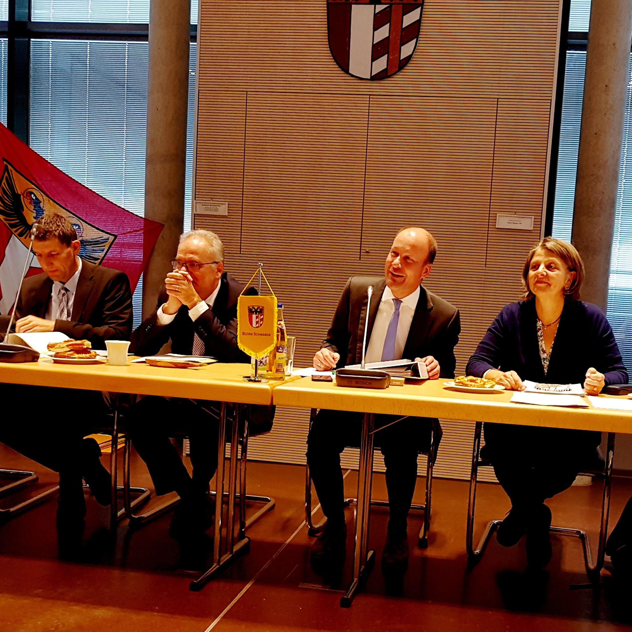 Martin Sailer und Barbara Holzmann moderieren beide die erste Sitzung des neuen Bezirkstags