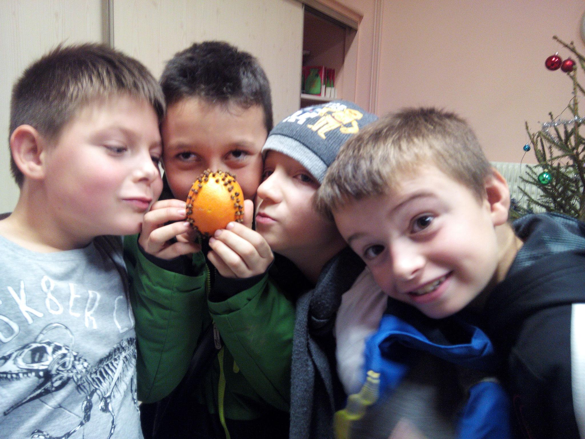 Noël parfumé : Préparation d'une 'Pomme d'Or' (Orange et clous de girofles)