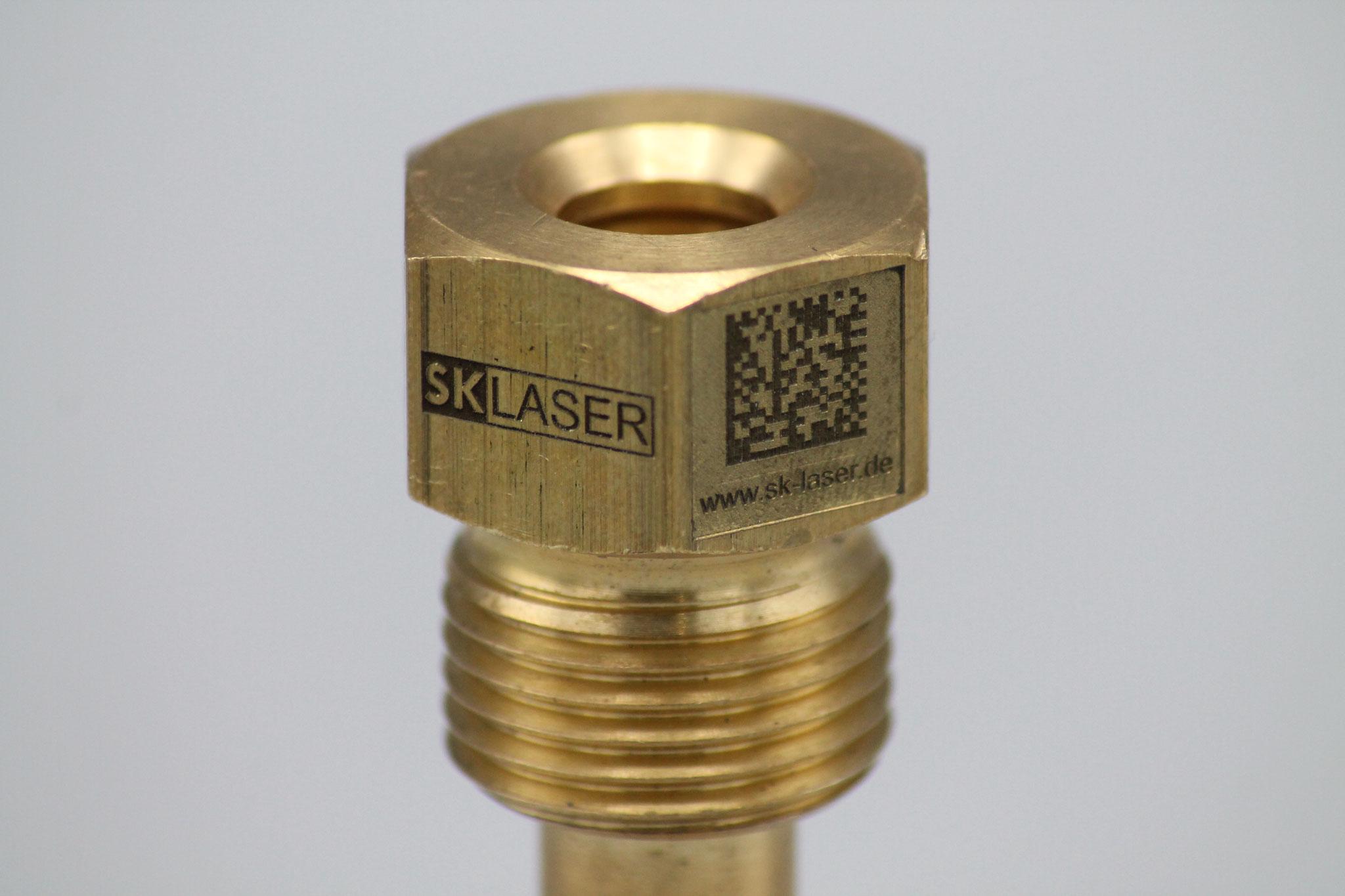 Lasergravur eines Data Matrix Codes und einem Logo auf Metall