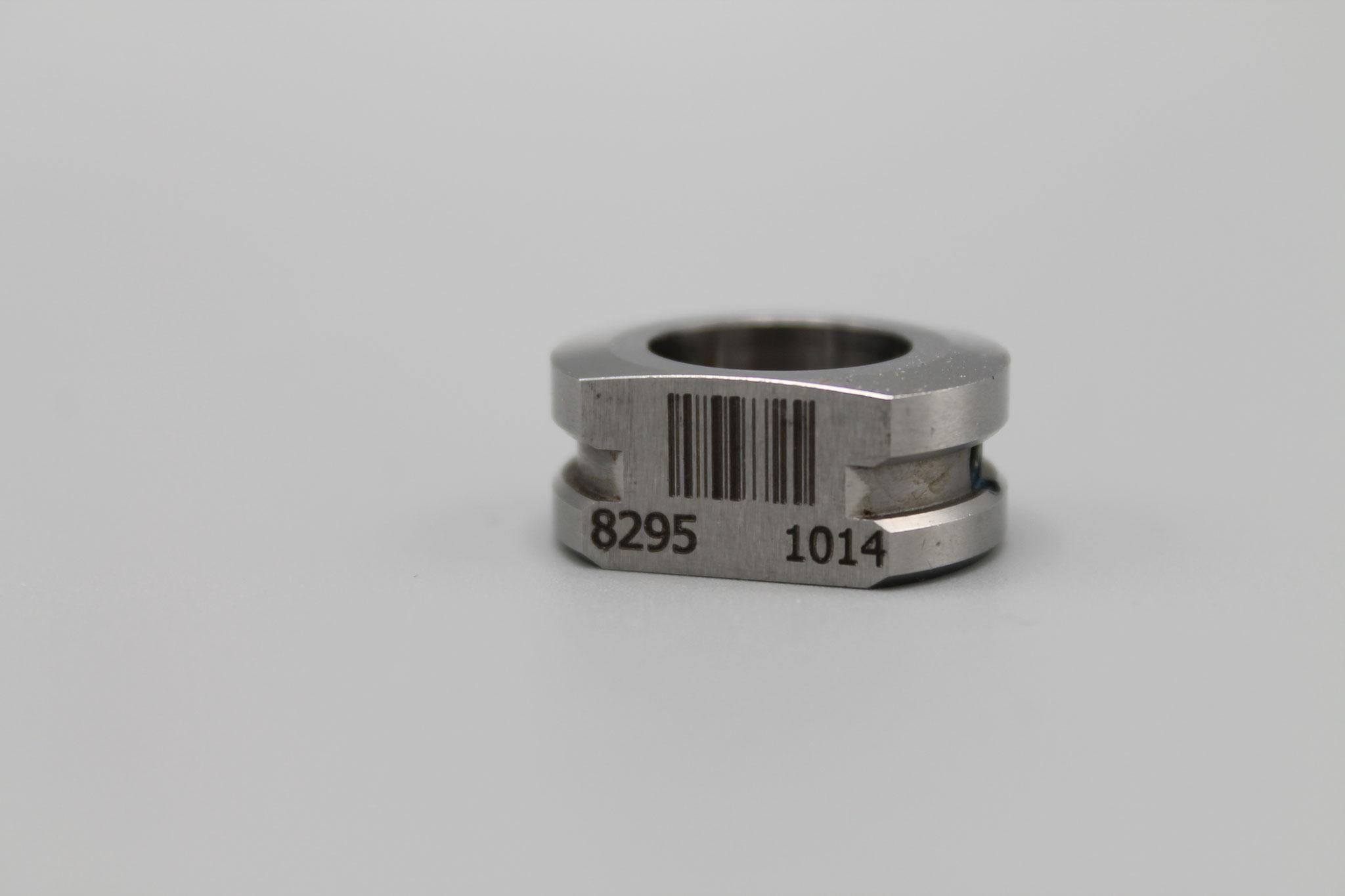 Lasergravur eines Barcodes und der Artikelnummer auf Metall