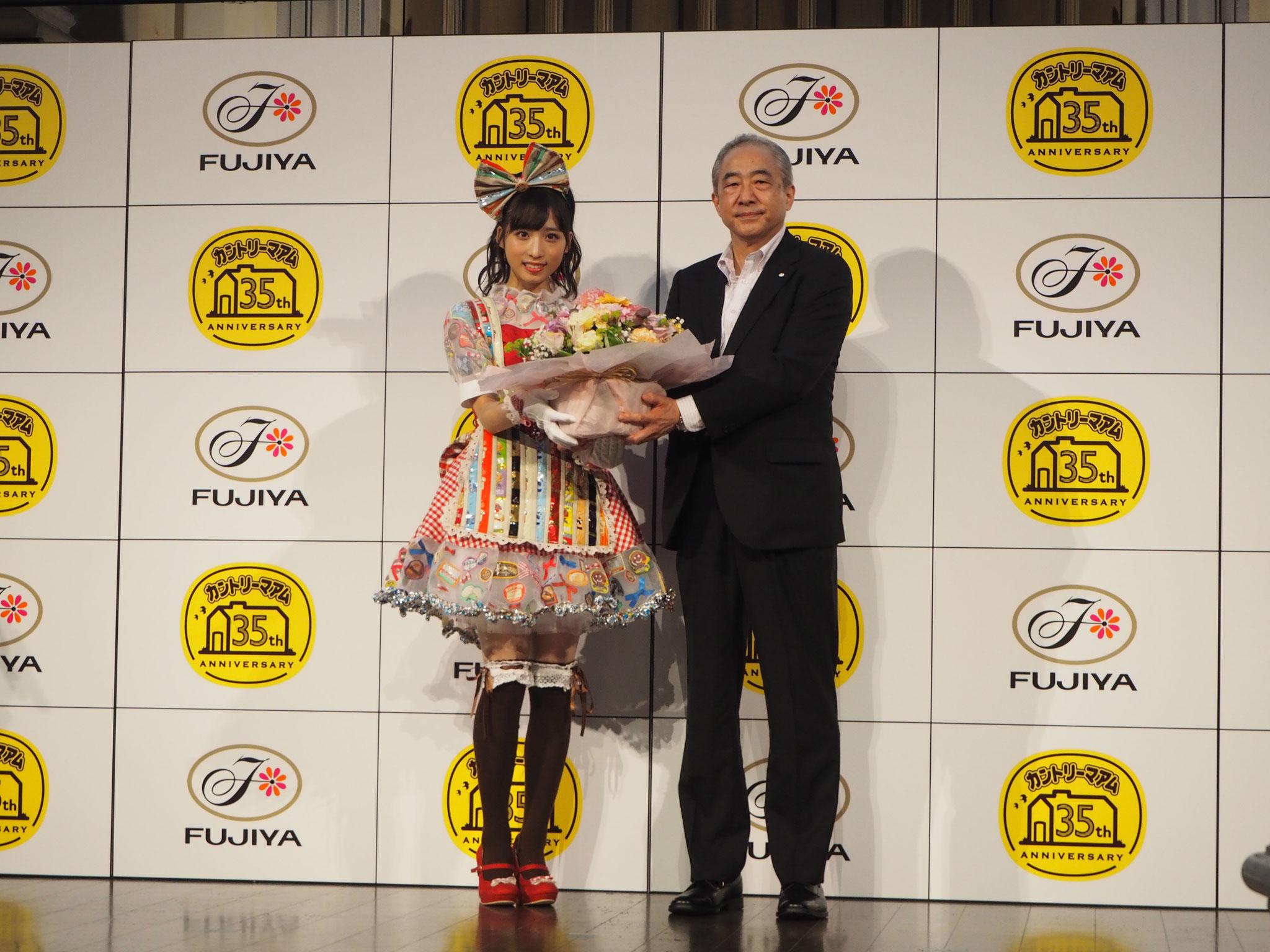 1位のドレスを着た小栗さんと不二家・河村宣行社長