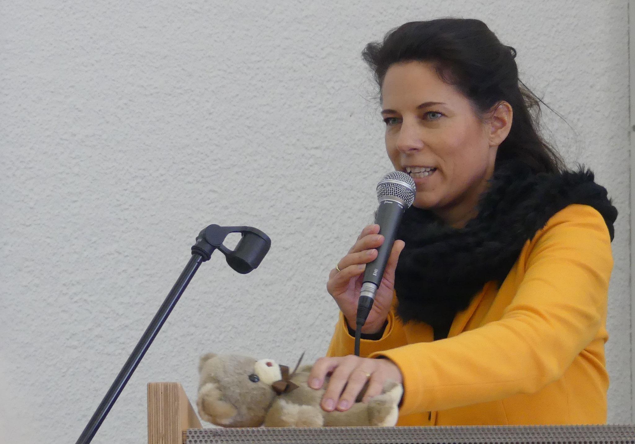 Für die STIFTUNG GIERSCH richtete Katrin Tönshoff Grußworte der Schirmherrin Ehrensenatorin Karin Giersch an die Anwesenden und dankte herzlich für das großartige Engagement aller, die mit dem Rettungsteddy Kinder Ängste nehmen und sie trösten.