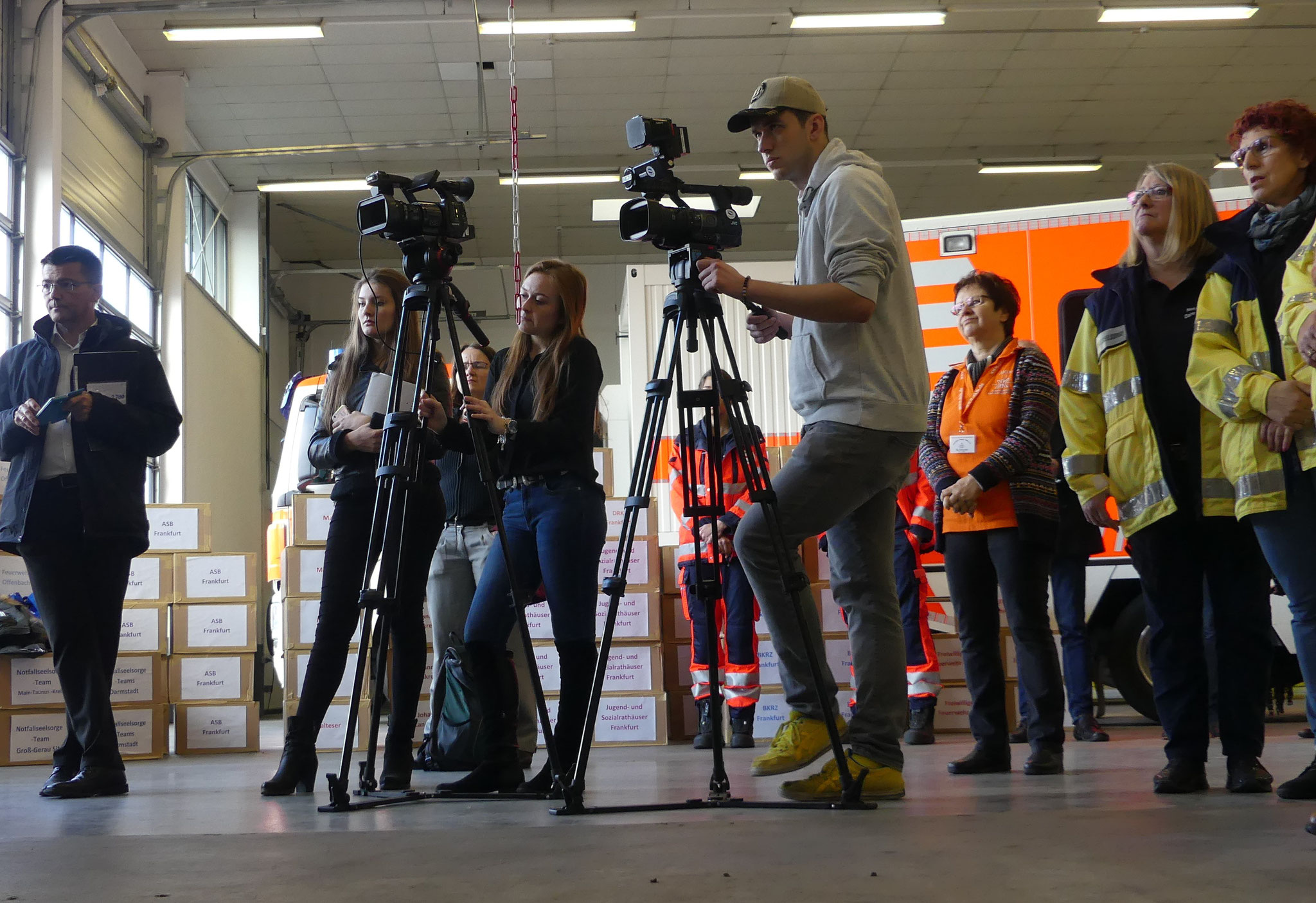 Wir freuen uns, dass wieder Fernsehteams an der Übergabe der 2.700 Rettungsteddys dabei sein konnten.
