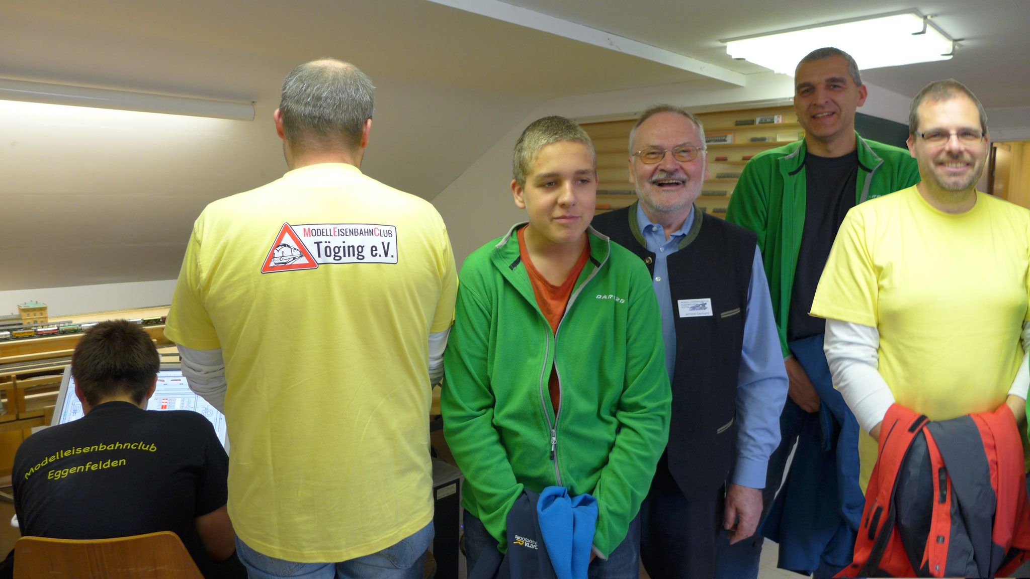 12.11.2017: Gerhard Arnold (Mitte) zeigt Gästen aus Töging die verschiedenen Anlagen