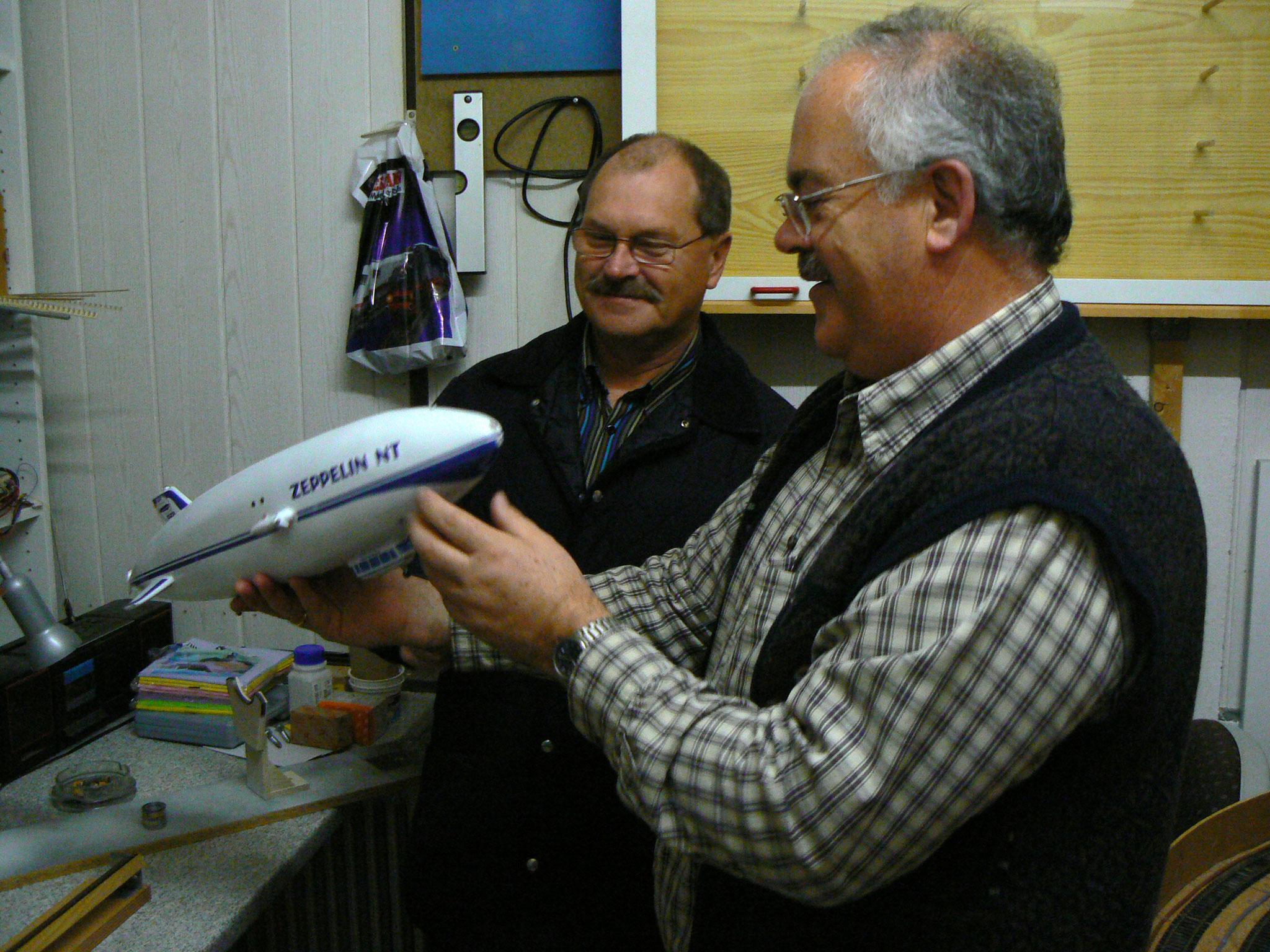 Gert und Franz bewundern den neuen Zeppelin NT (Okt. 2007)