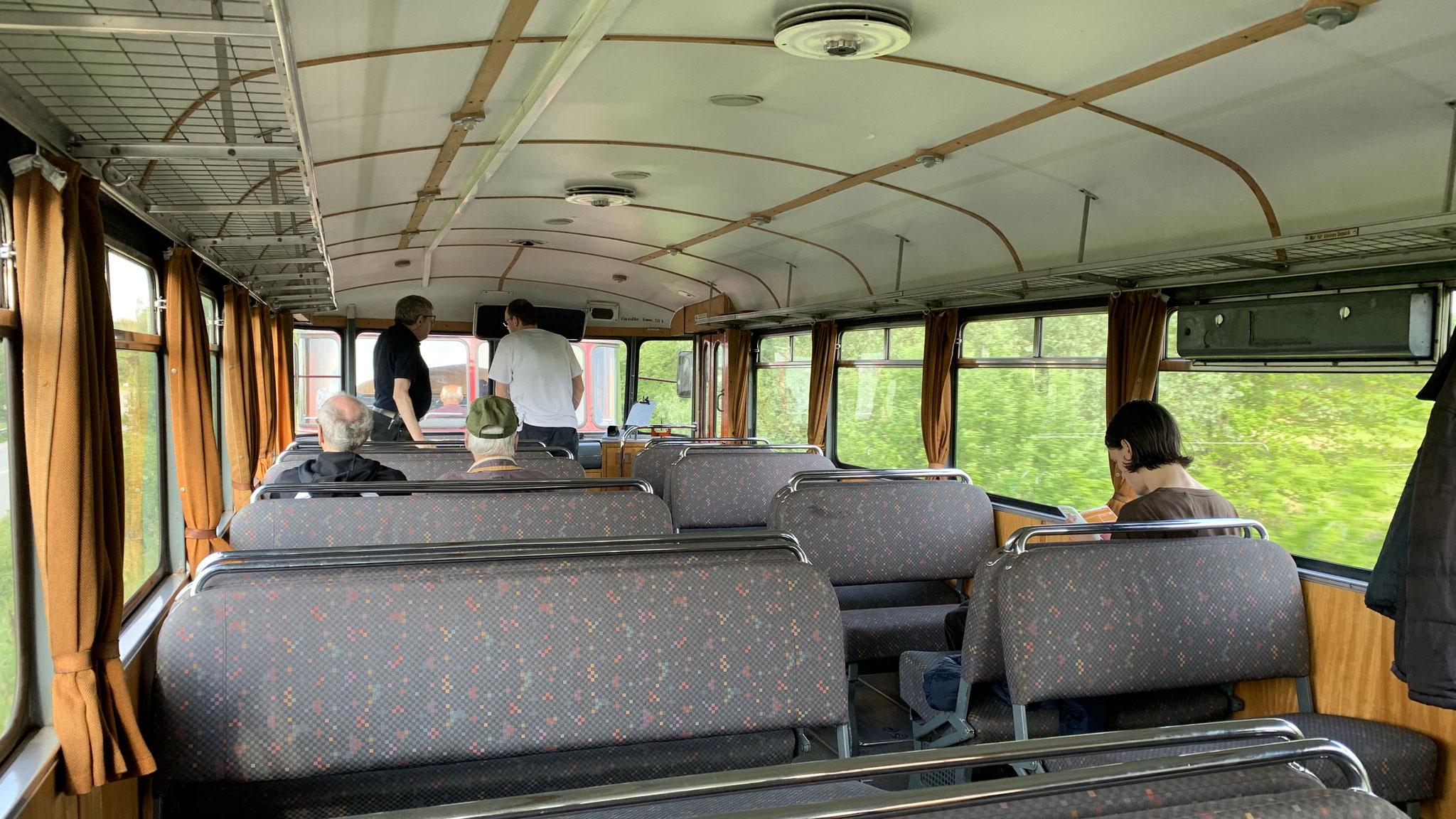 Die originalen hellblauen Plastiksitzbezüge wurden durch Stoffbezüge ersetzt