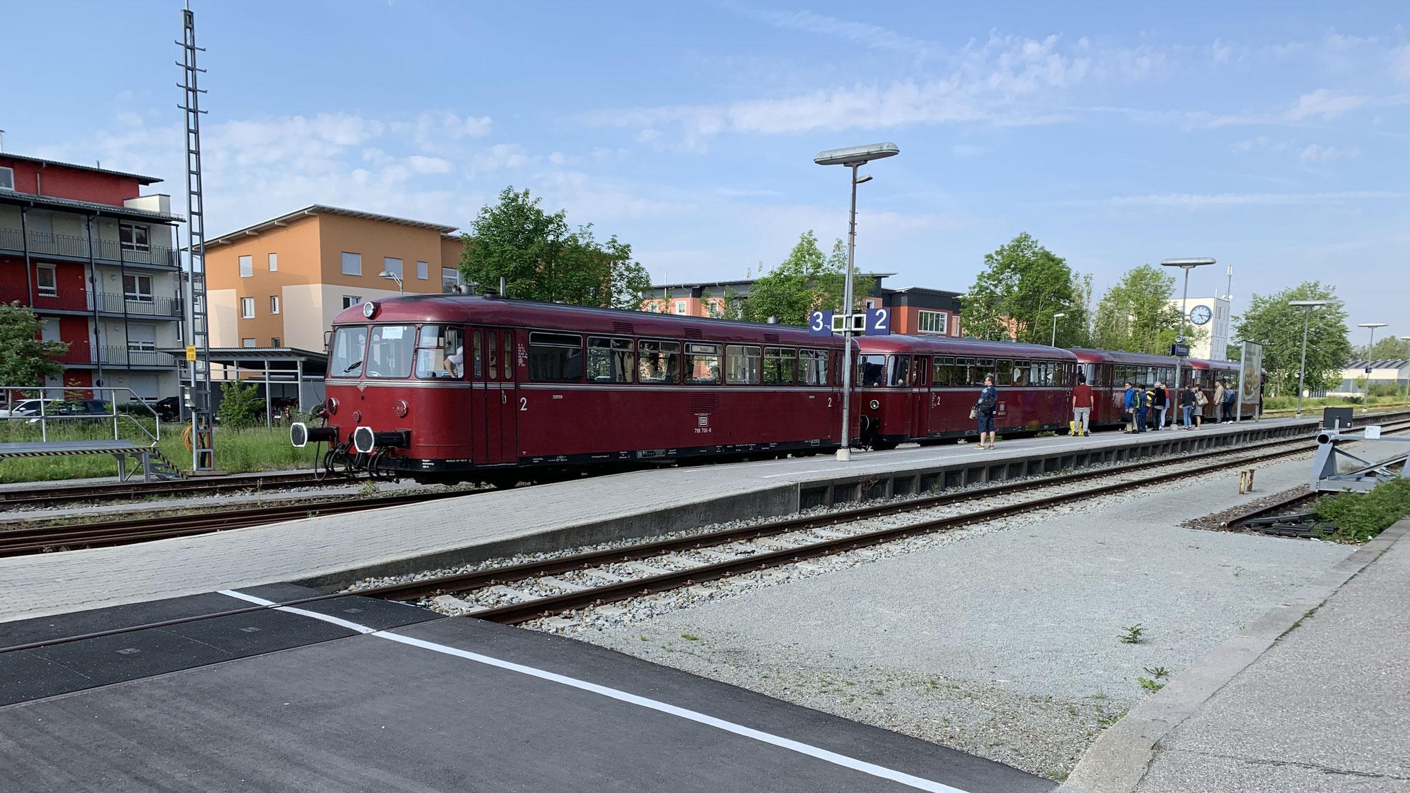 Pfarrkirchen, 8:29 Uhr: 4-teiliger Schienenbus der Passauer Eisenbahnfreunde
